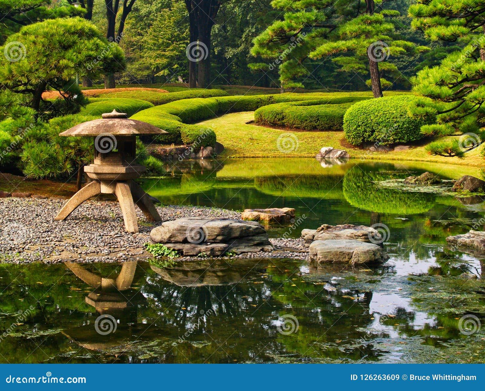 Característica formal del agua, jardines imperiales del palacio, Tokio, Japón
