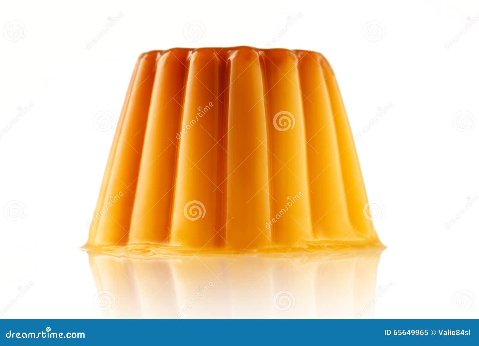 Caramel juteux udding ou de crème d isolement au-dessus du fond blanc
