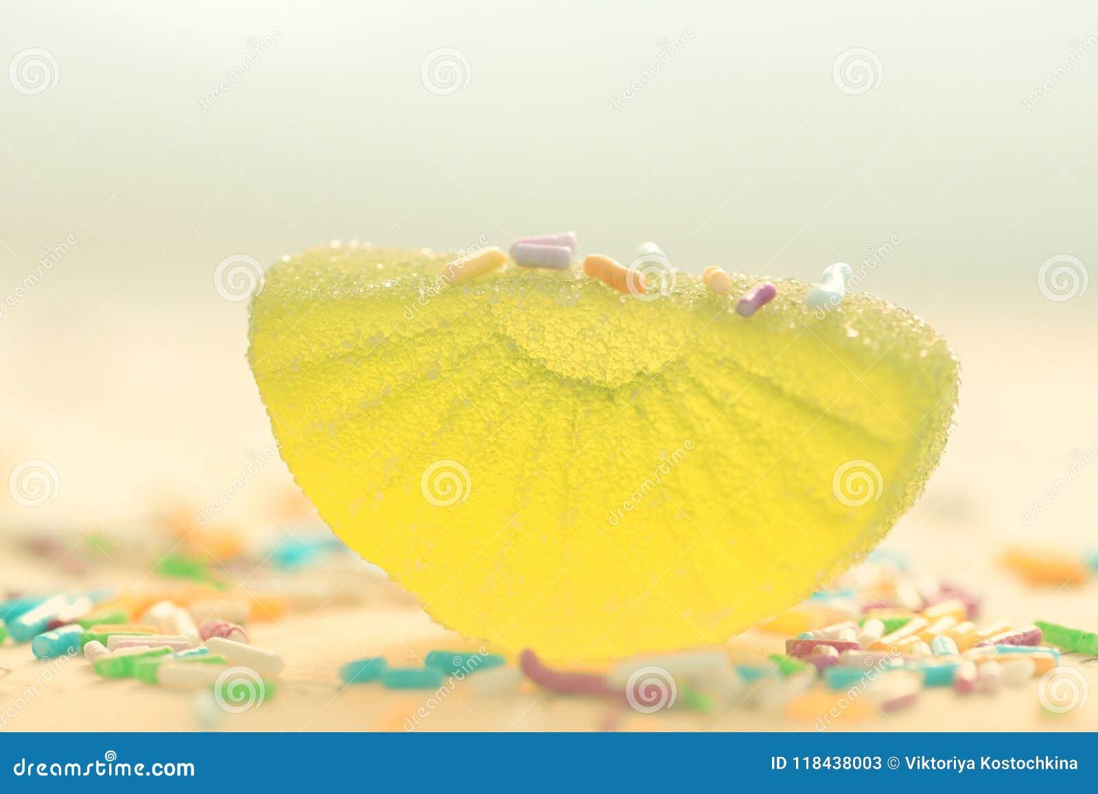 Caramelo cortado limón en azúcar