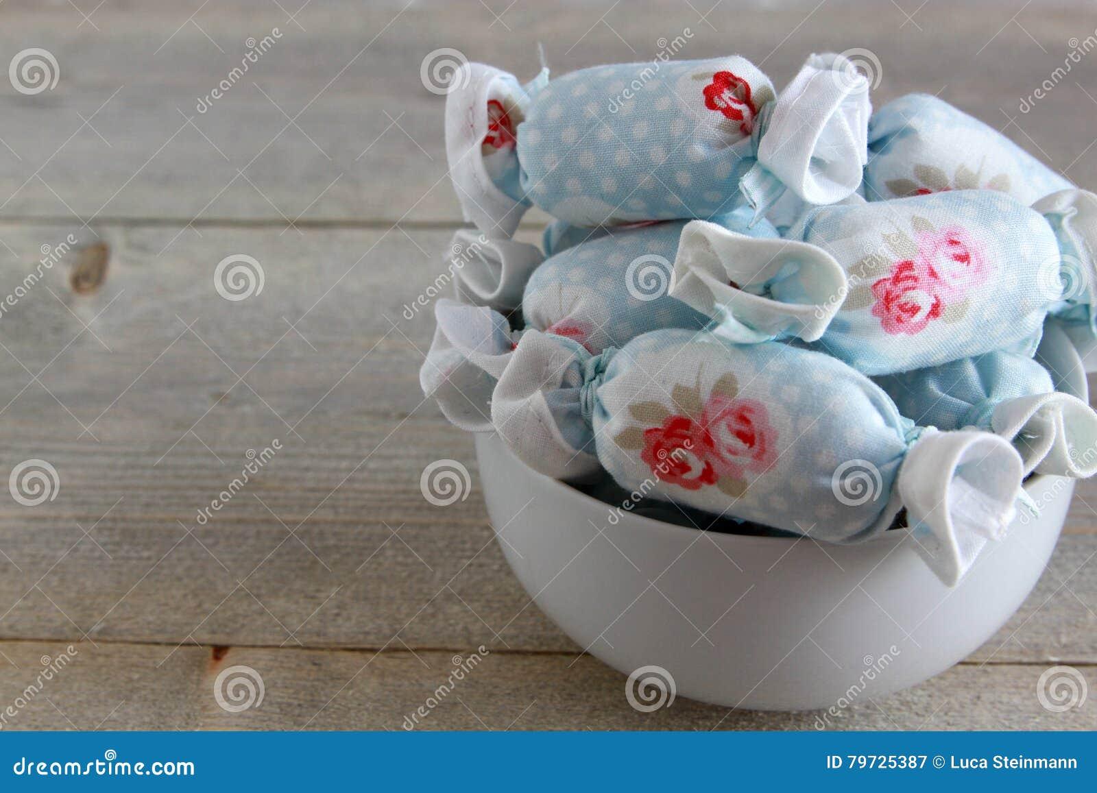 Caramelo de algodón para la decoración interior en el cuenco blanco