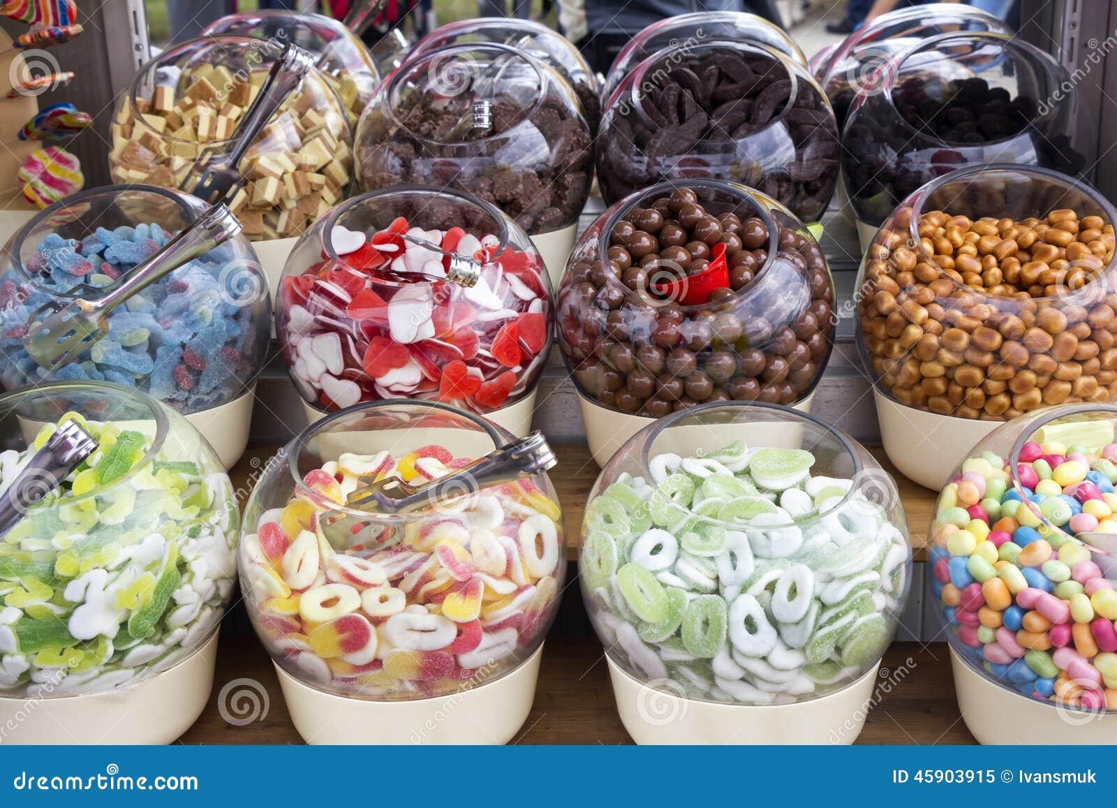 Caramelos coloridos en bol de vidrio imagen de archivo - Bol de vidrio ...