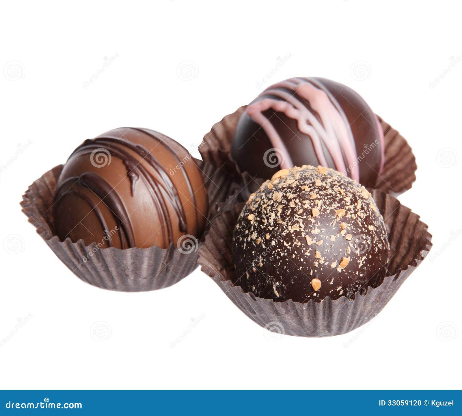 Caramelos de chocolate. Colección de trufas belgas hermosas en la envoltura aislada
