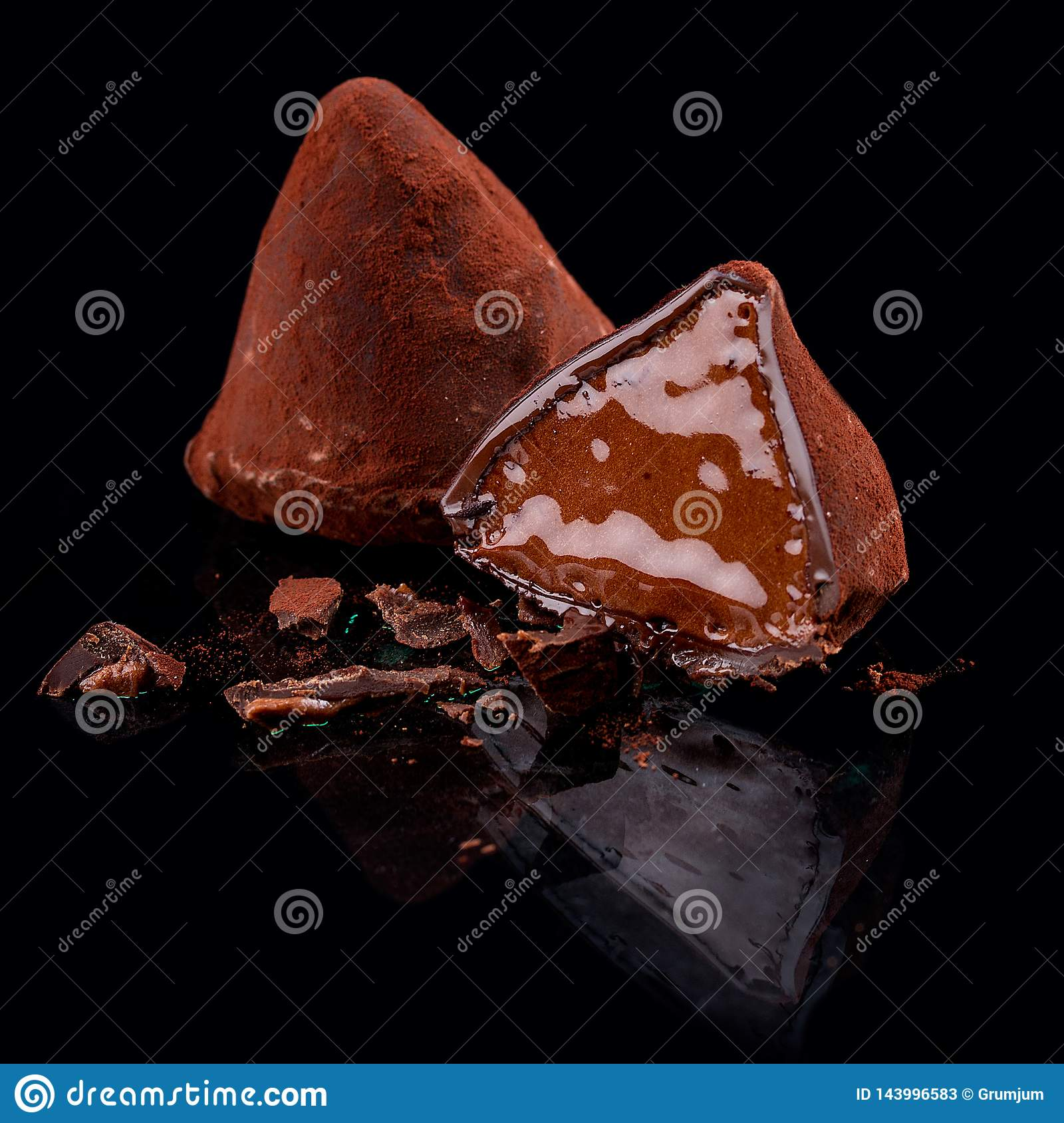 Caramelos de chocolate, hechos a mano Trufa española con un ron