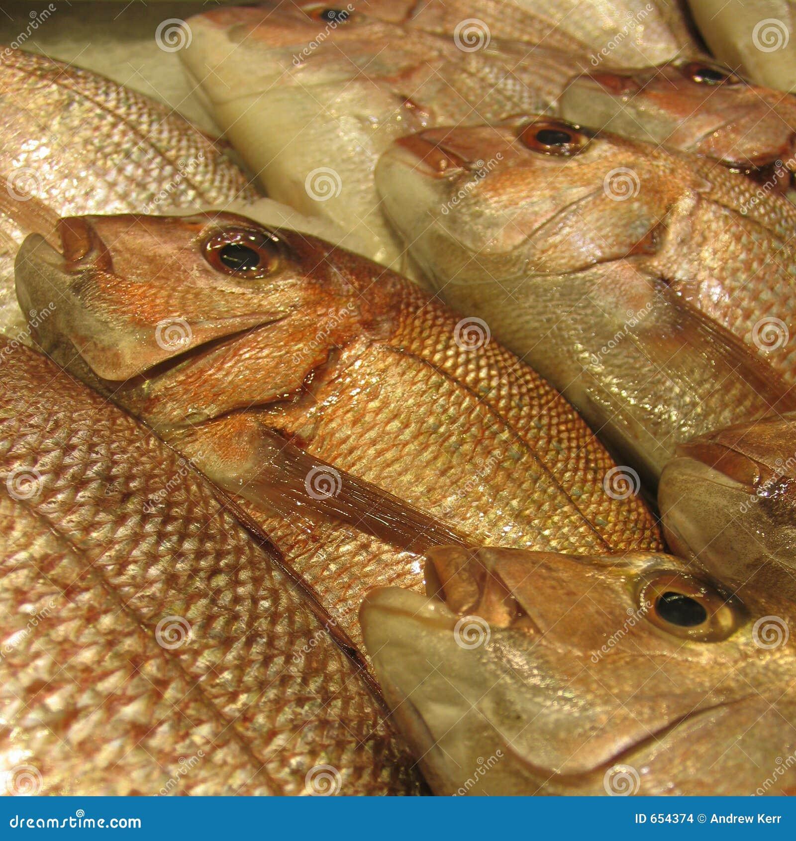 Caranga dourada em um mercado de peixes