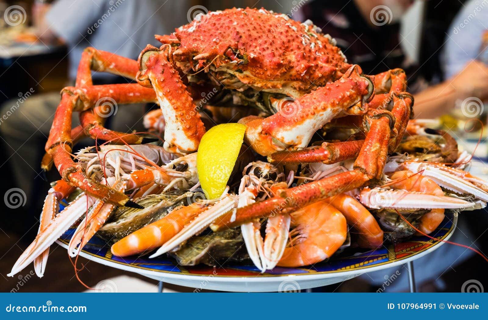Caranguejo atlântico na placa do marisco no restaurante local