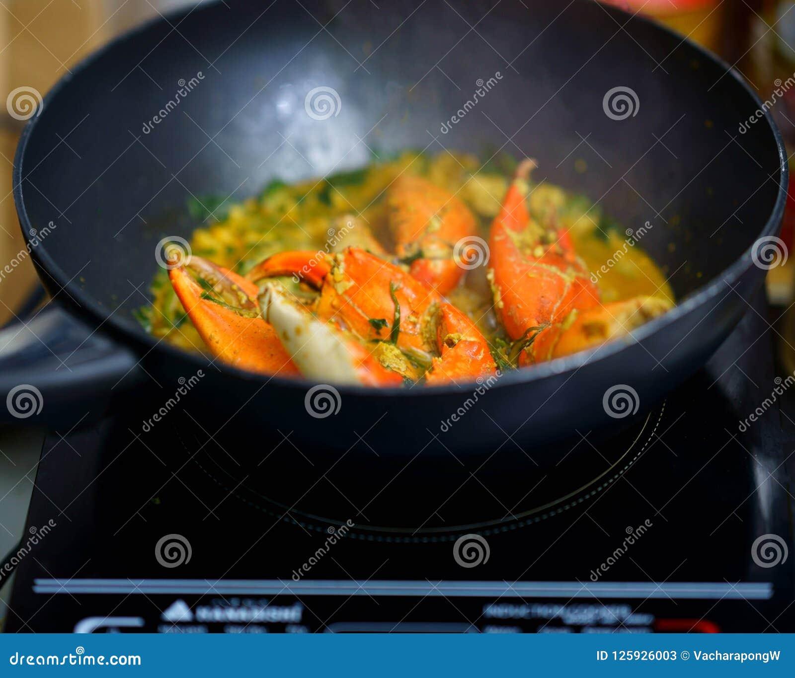 Caranguejos fritados com caril no cozimento da bandeja