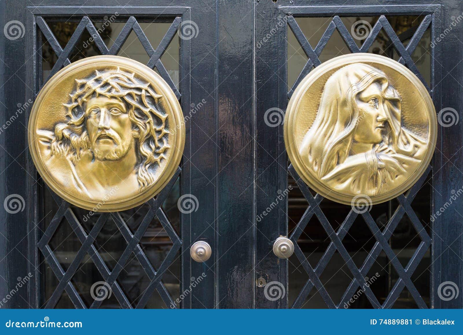 Caras de Jesus e da Virgem Maria cinzeladas no metal