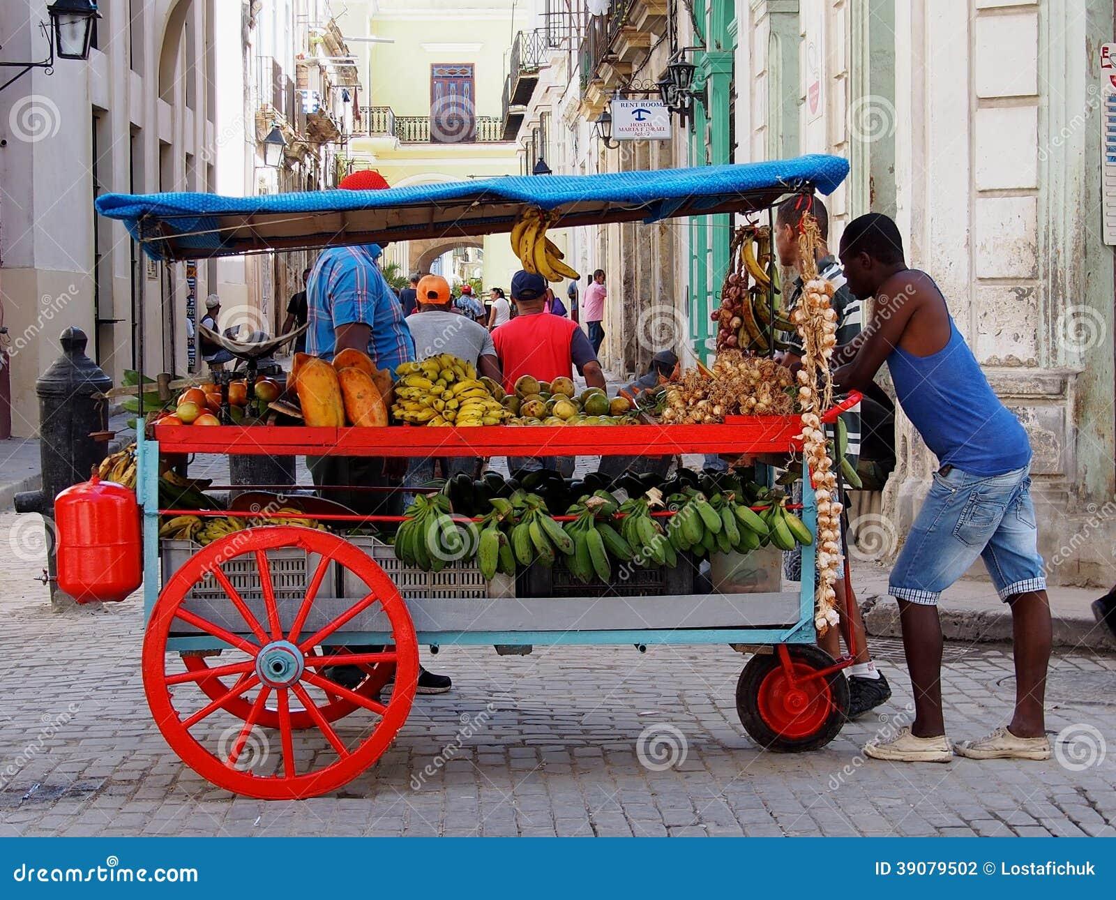 Caras do vendedor do carro do fruto de Cuba