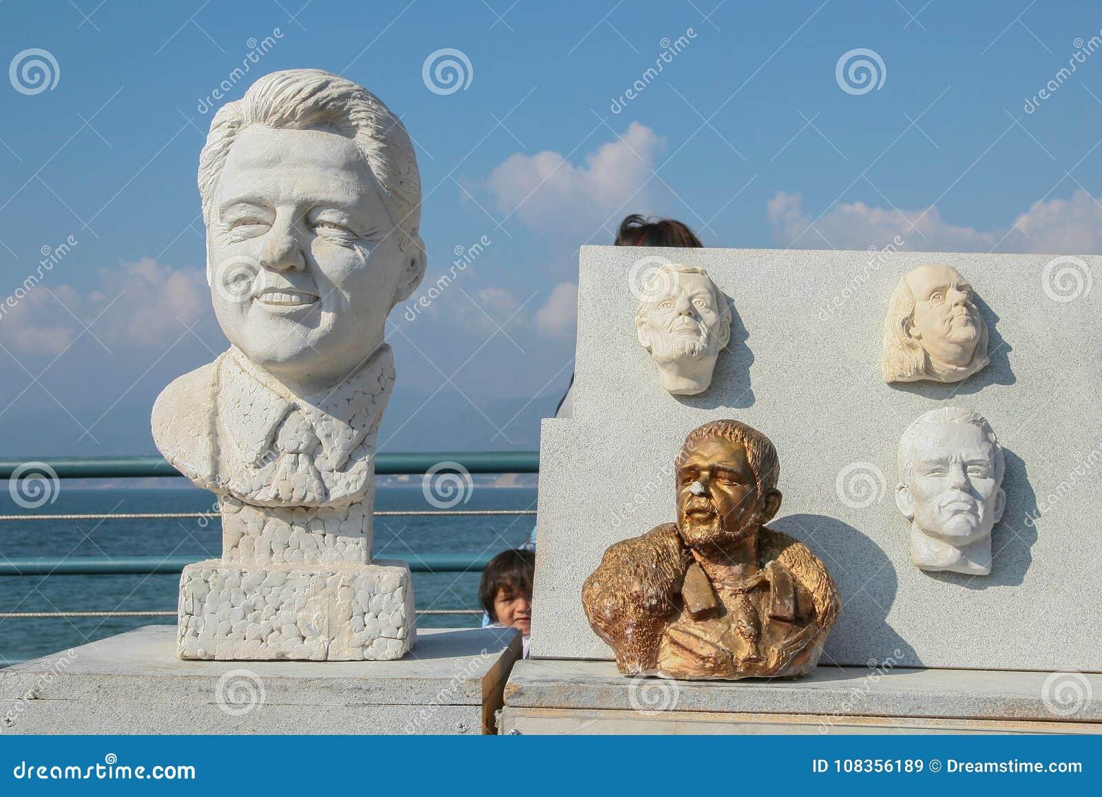 Caras en la arcilla de algunos personajes del mundo del entretenimiento