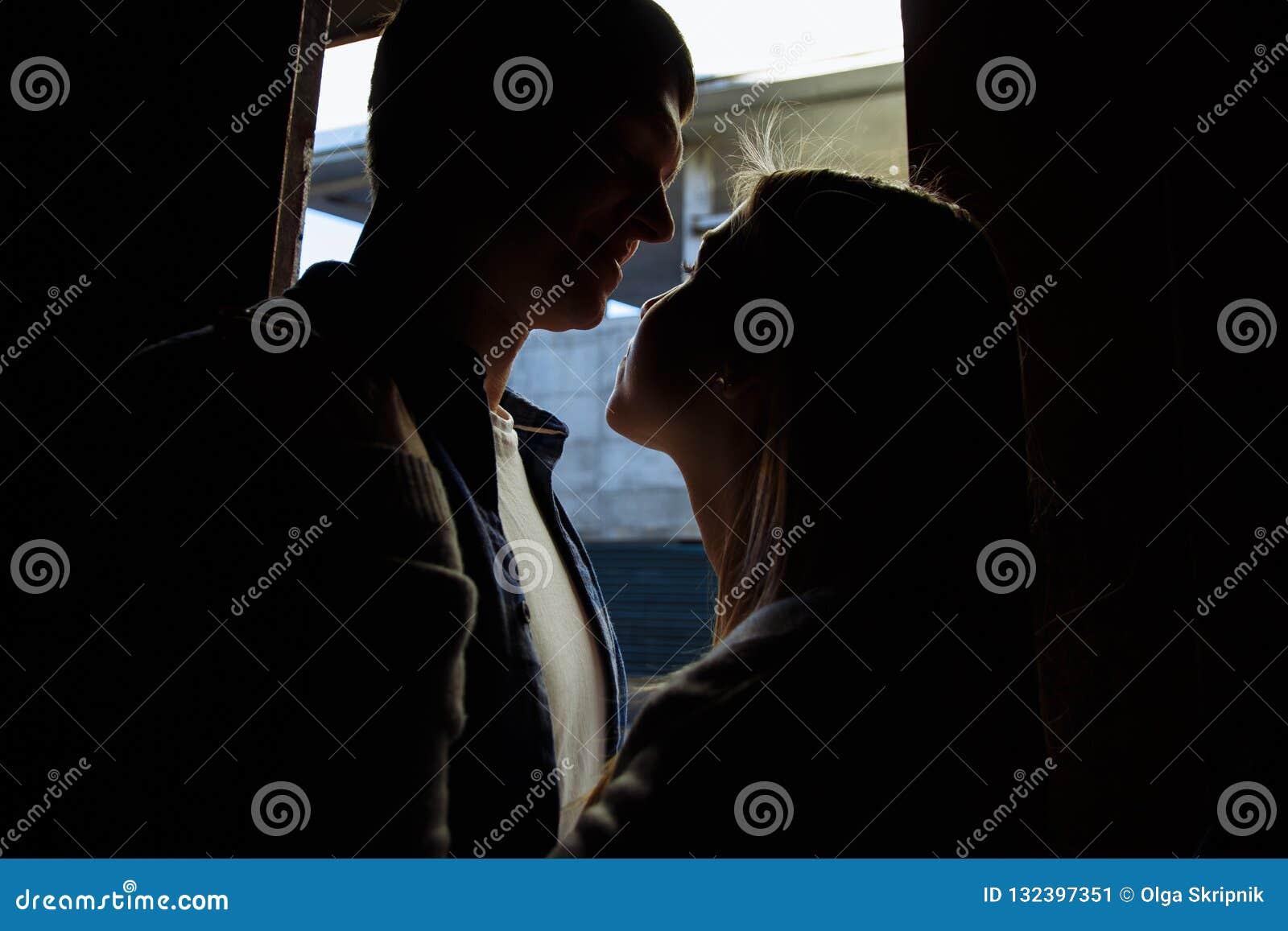 Caras pretas Close-up de beijar e de abraçar pares em velho, entrada, família data, atração Felicidade da família