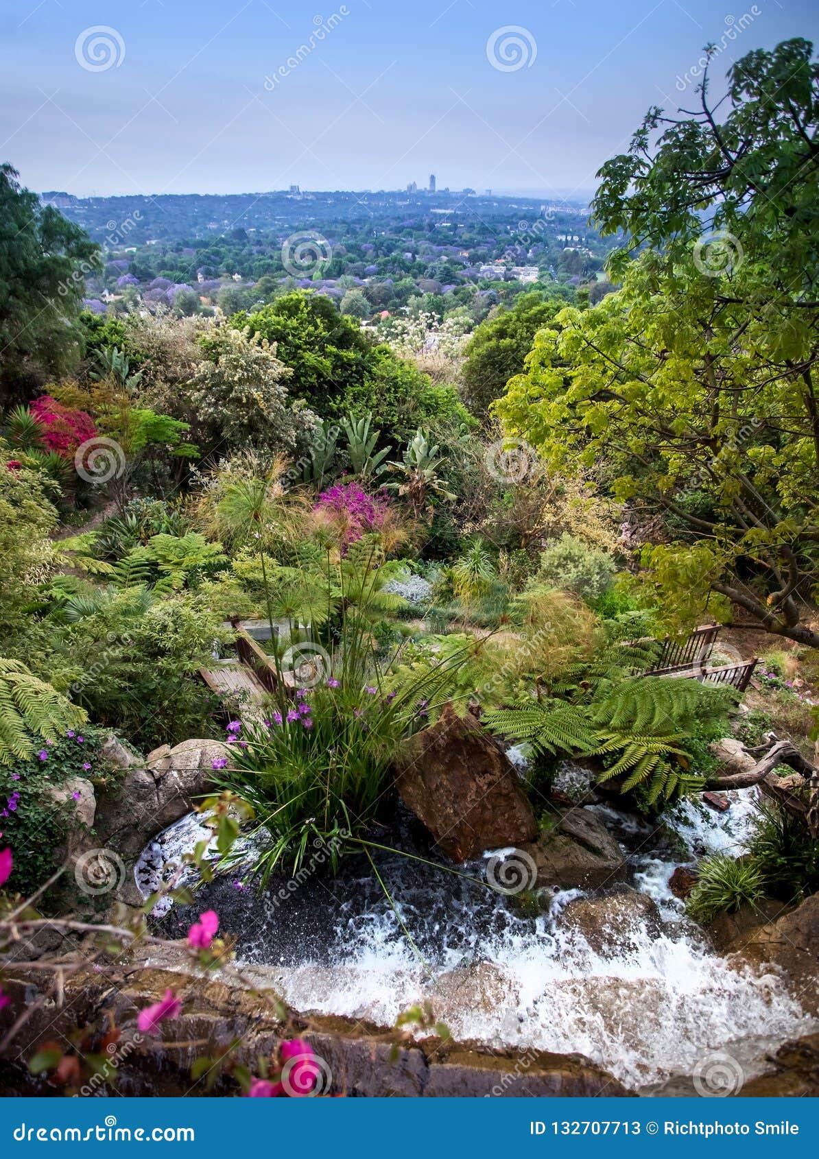 Caratteristica dell acqua che sfocia in giardino fertile