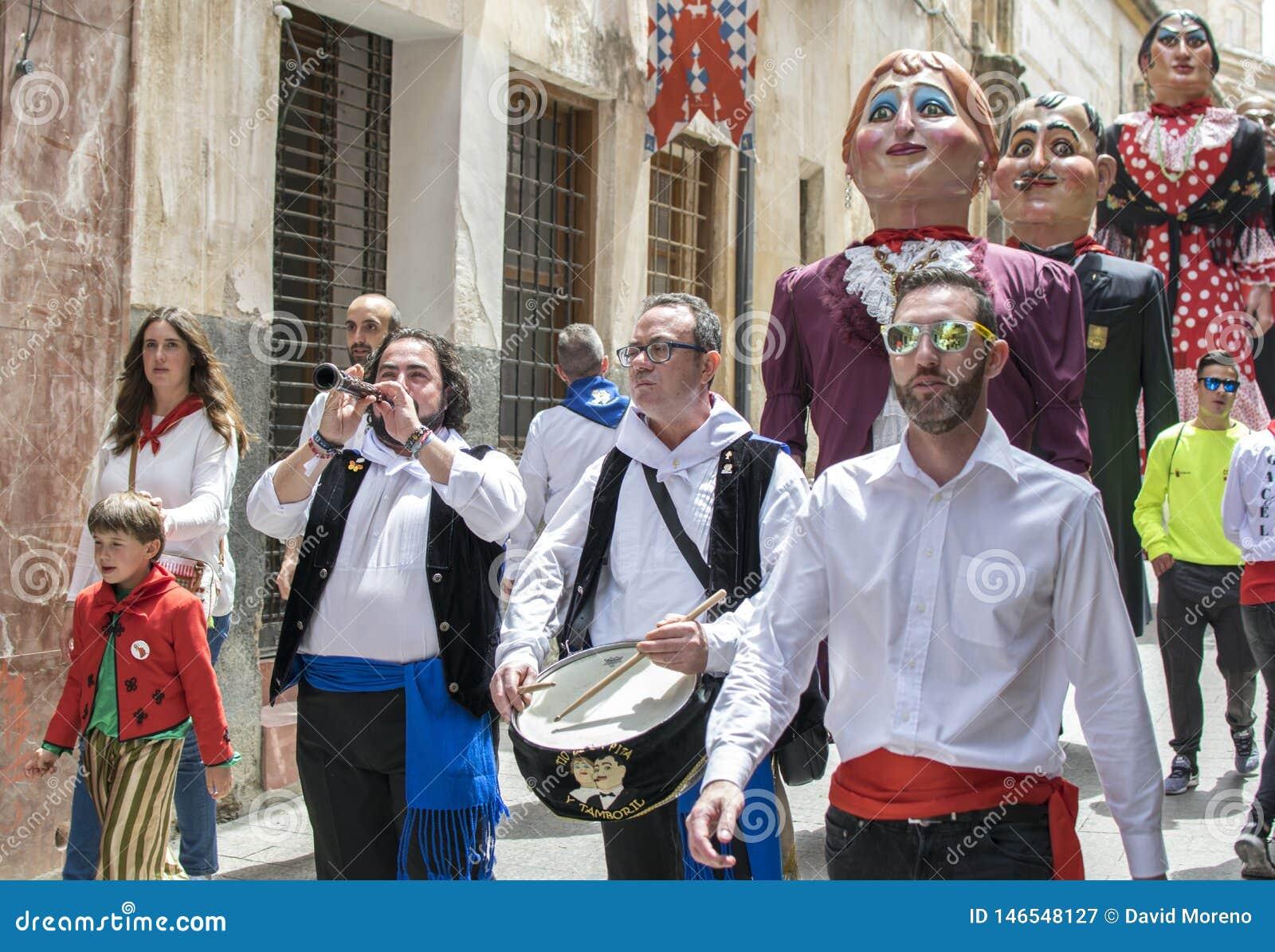 Caravaca de la Cruz, Spanien, Maj 2, 2019: Marschmusikband i processionen p? Los Caballos Del Vino eller h?star av vin