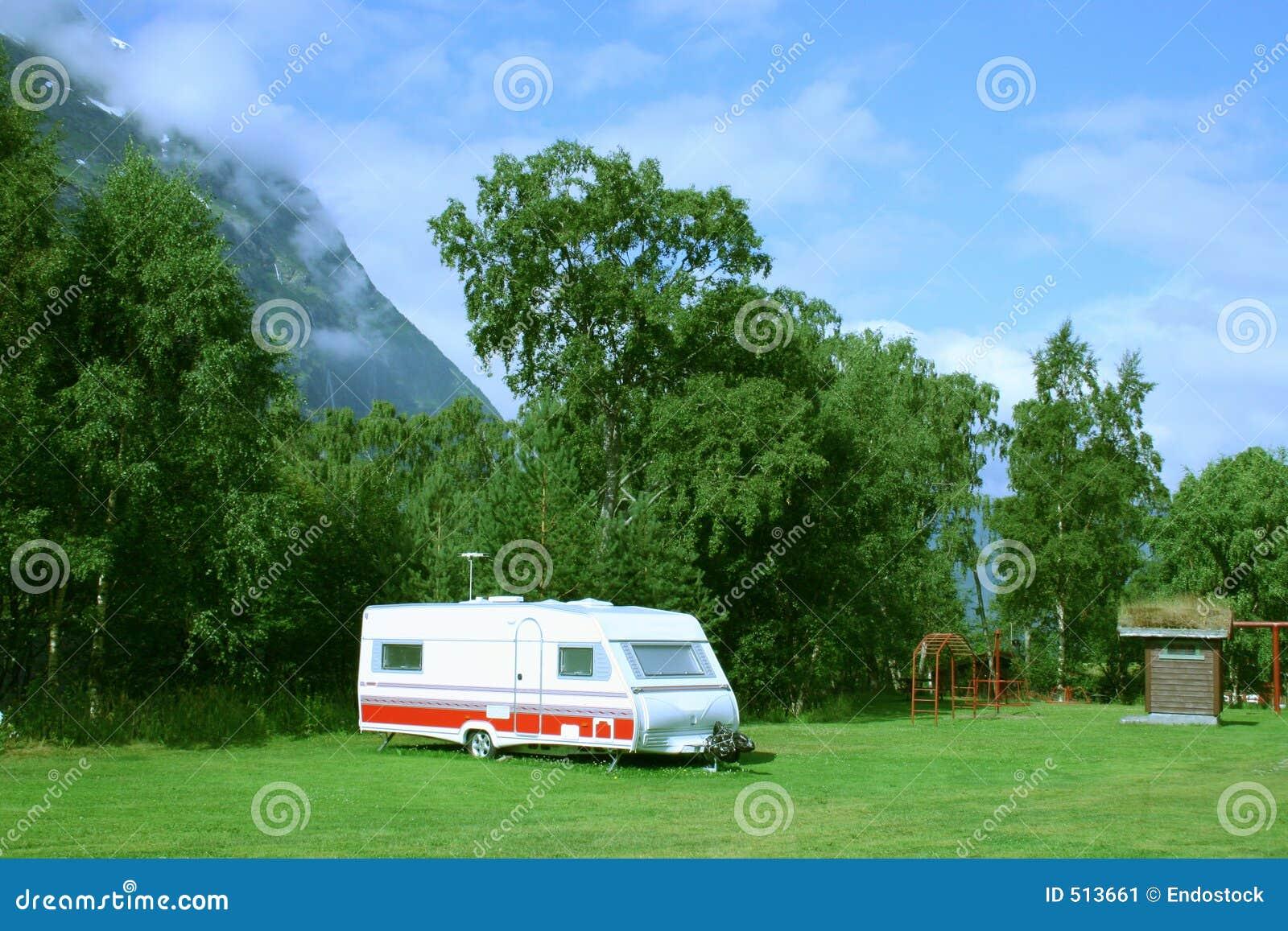 Caravan moderno al campsite nelle montagne