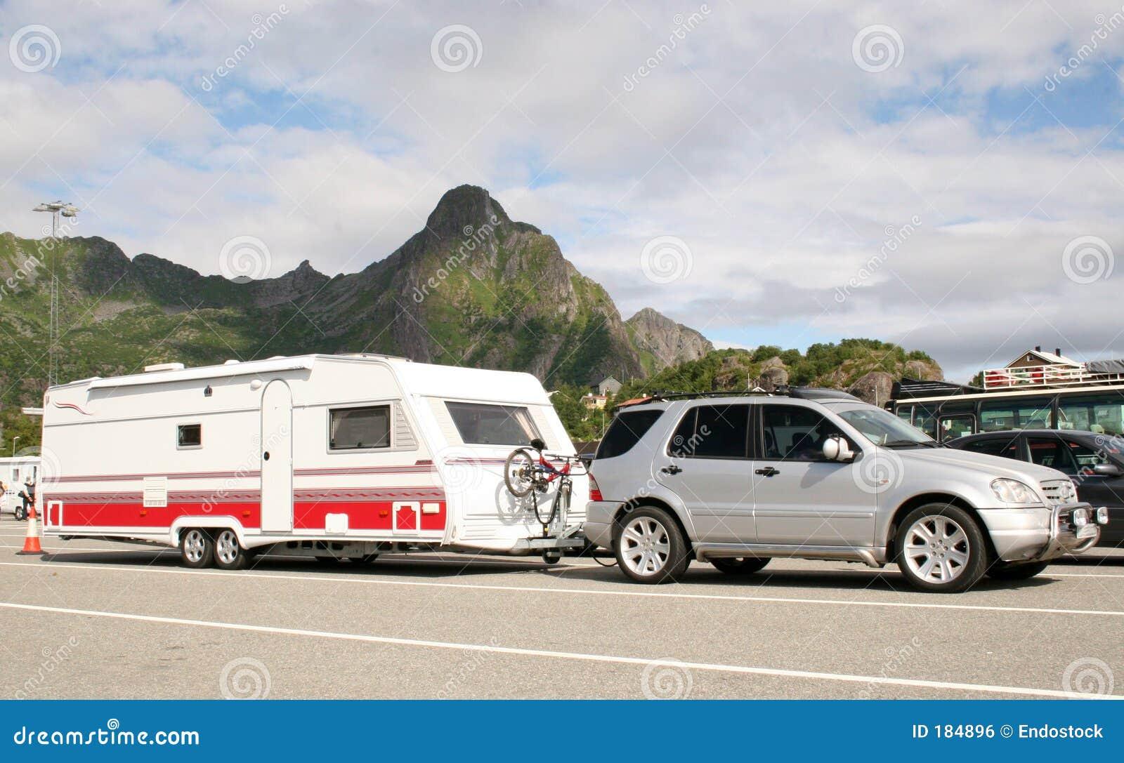 Caravan preoccupantesi dell automobile di lusso con le bici sopra