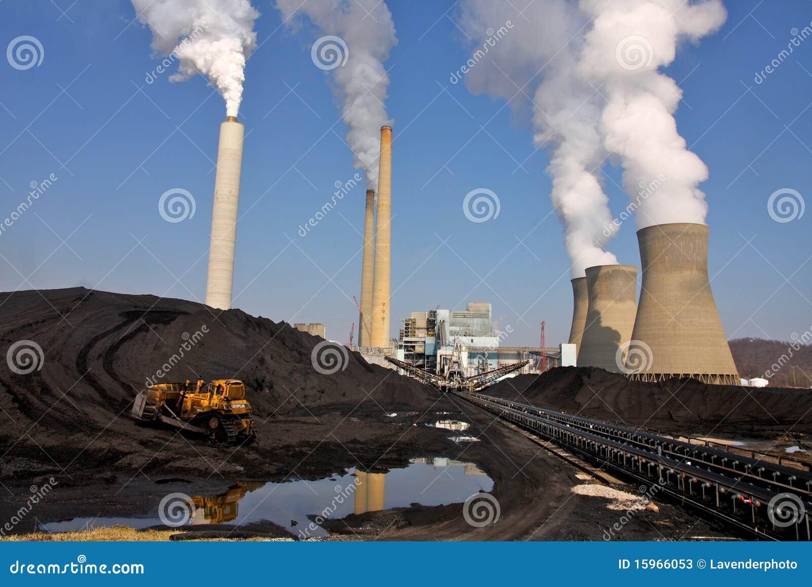 Carbón llenado delante de la central eléctrica ardiente del carbón
