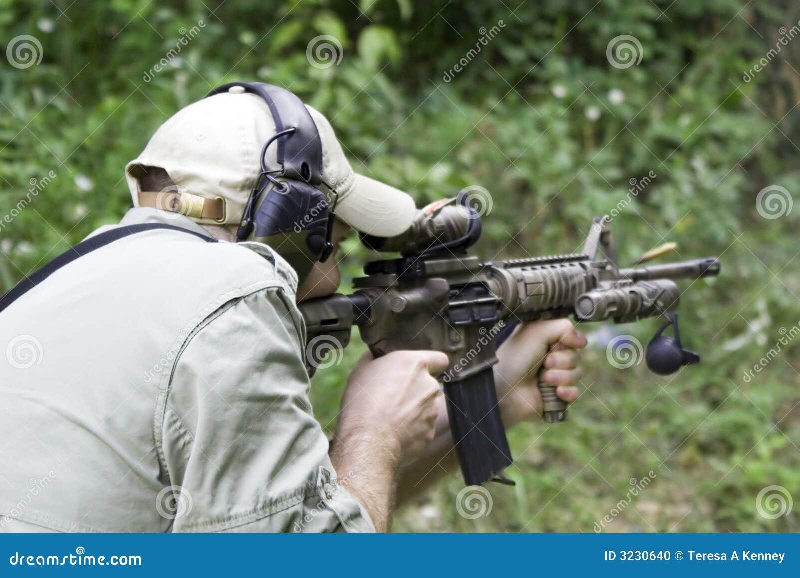Carbine do tiro do homem
