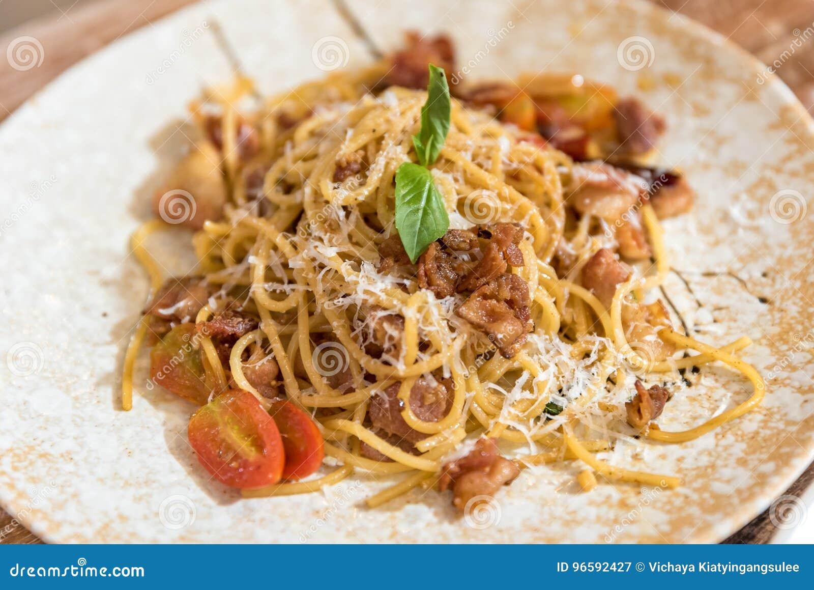Carbonara日光拍的意大利面食照片