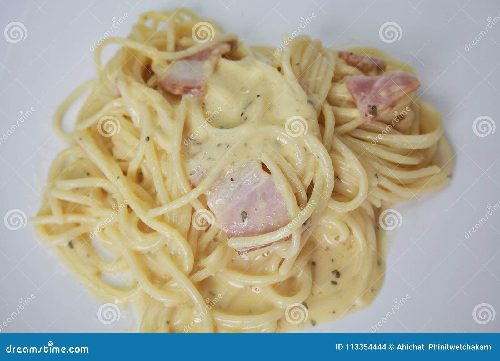 Carbonara μακαρονιών και τηγανισμένος baconon