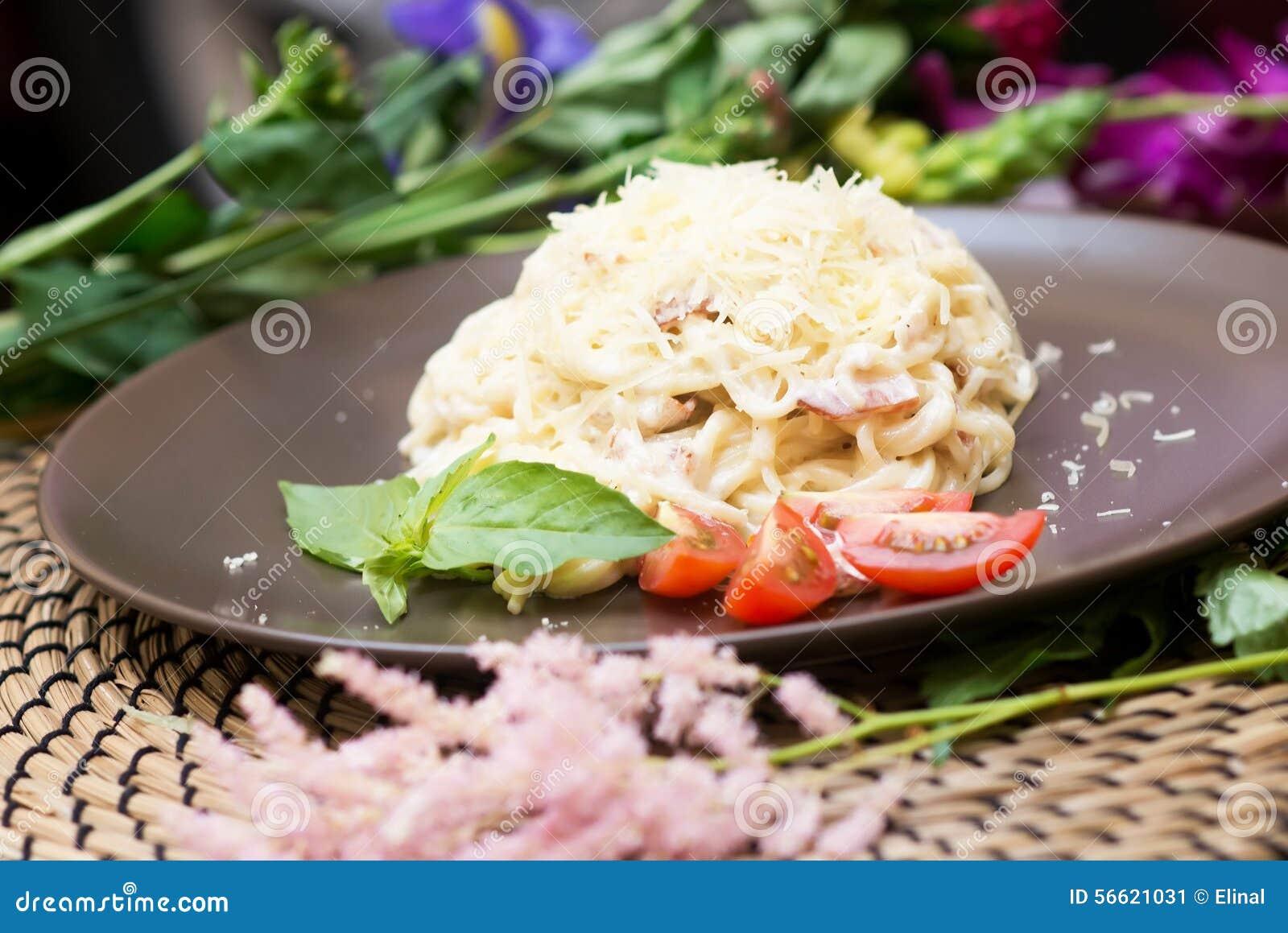 Carbonara de p tes cuisine italienne traditionnelle - Cuisine italienne pates ...
