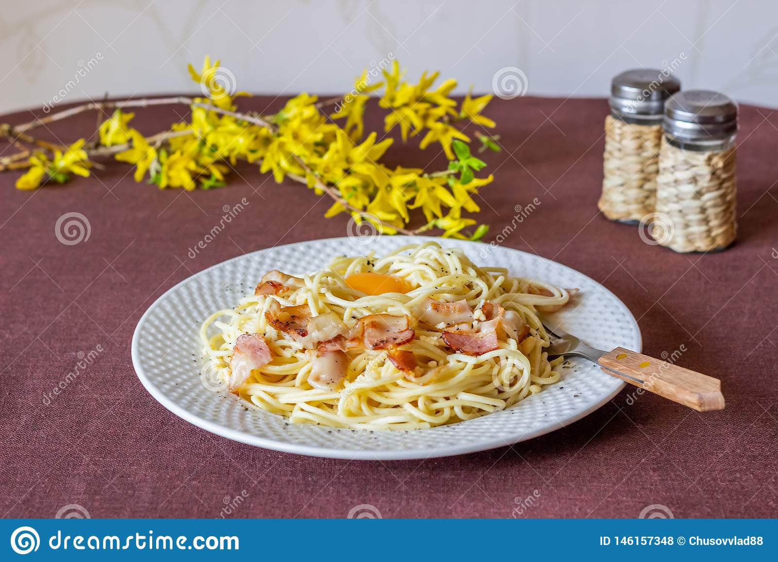 Carbonara de p?tes Fleurs ? l arri?re-plan Nourriture italienne