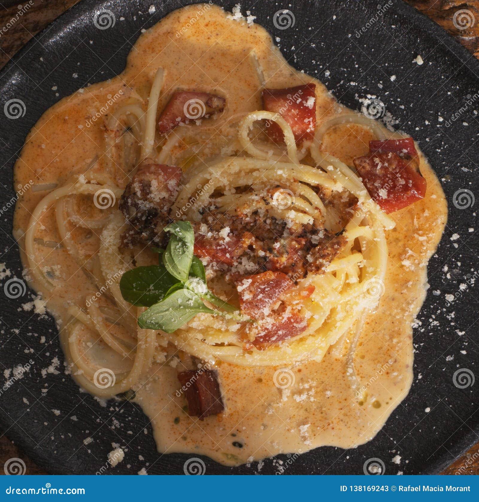 Carbonara degli spaghetti nel termine nero