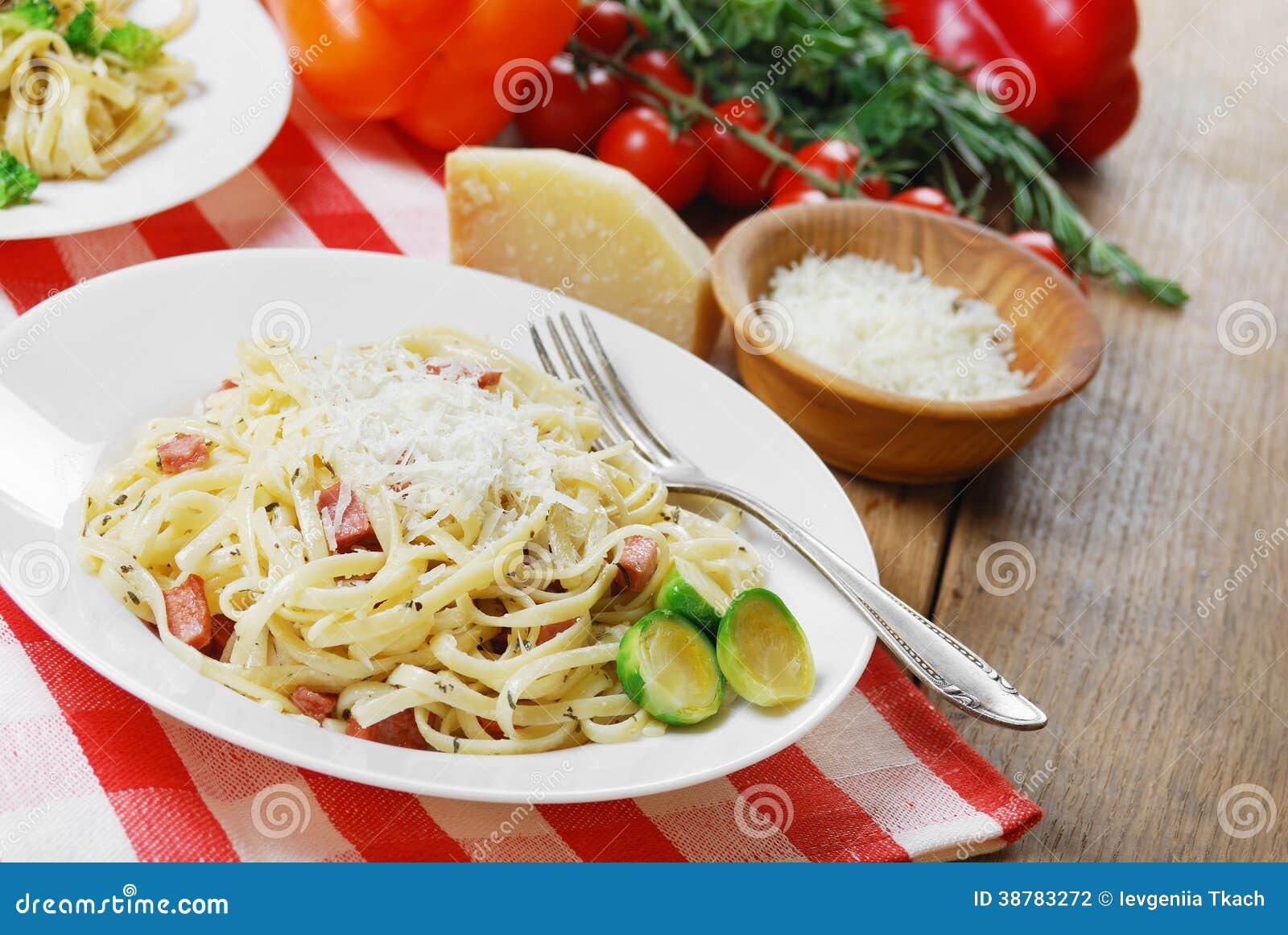 Carbonara della pasta sulla tavola di legno