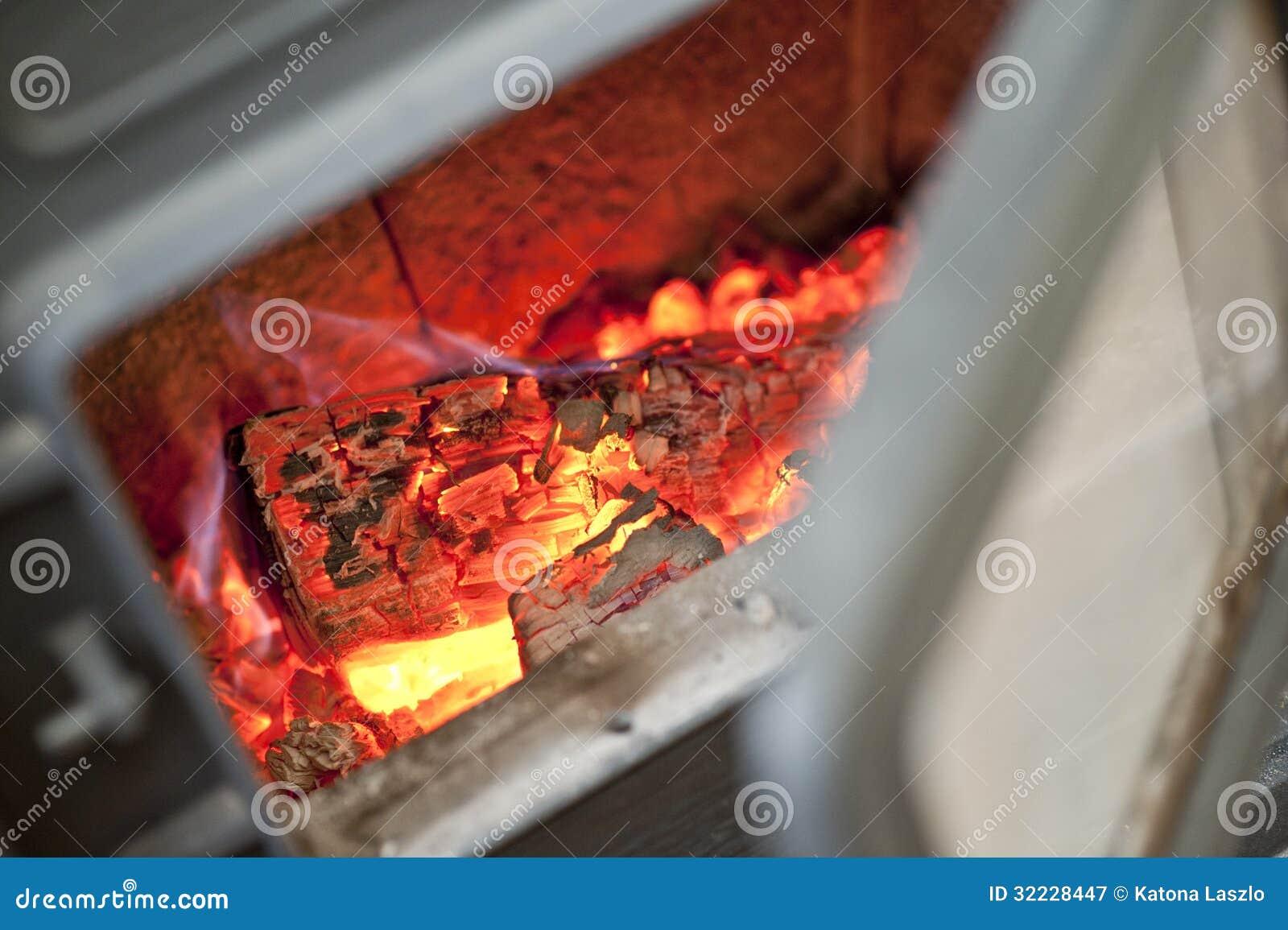 Carbones ardientes de la madera del fuego