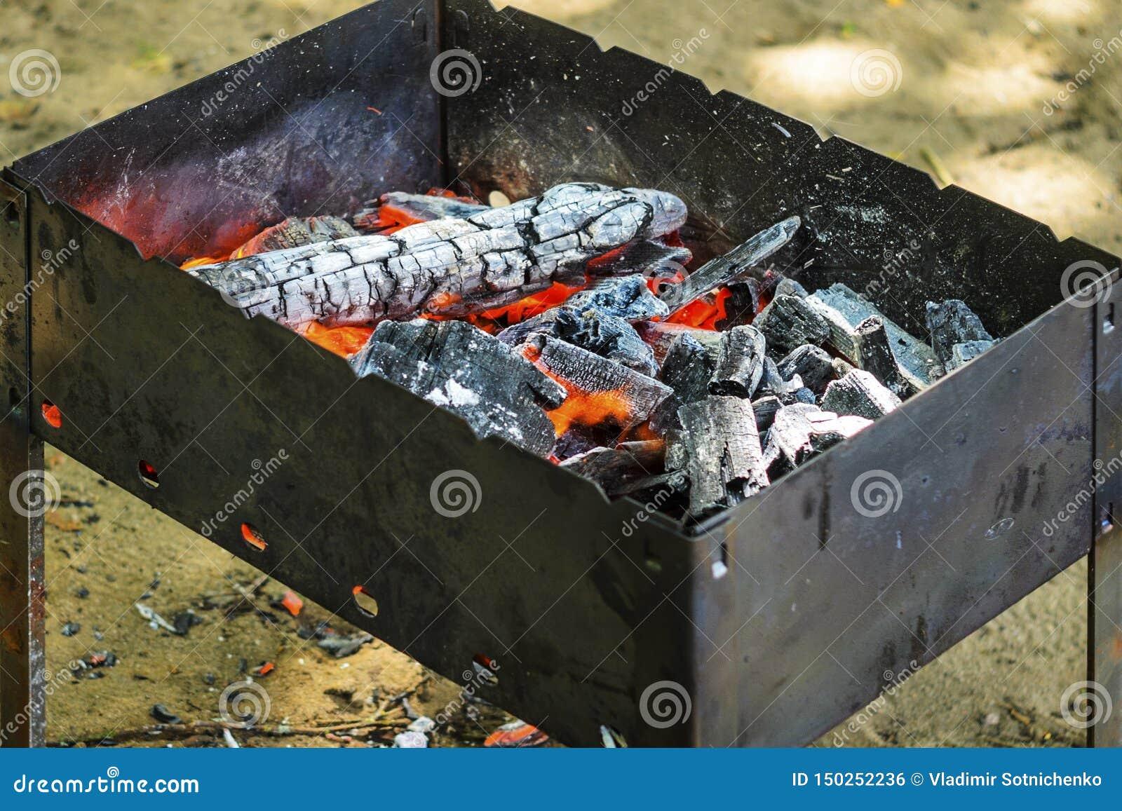 Carbones calientes en hoyo del Bbq