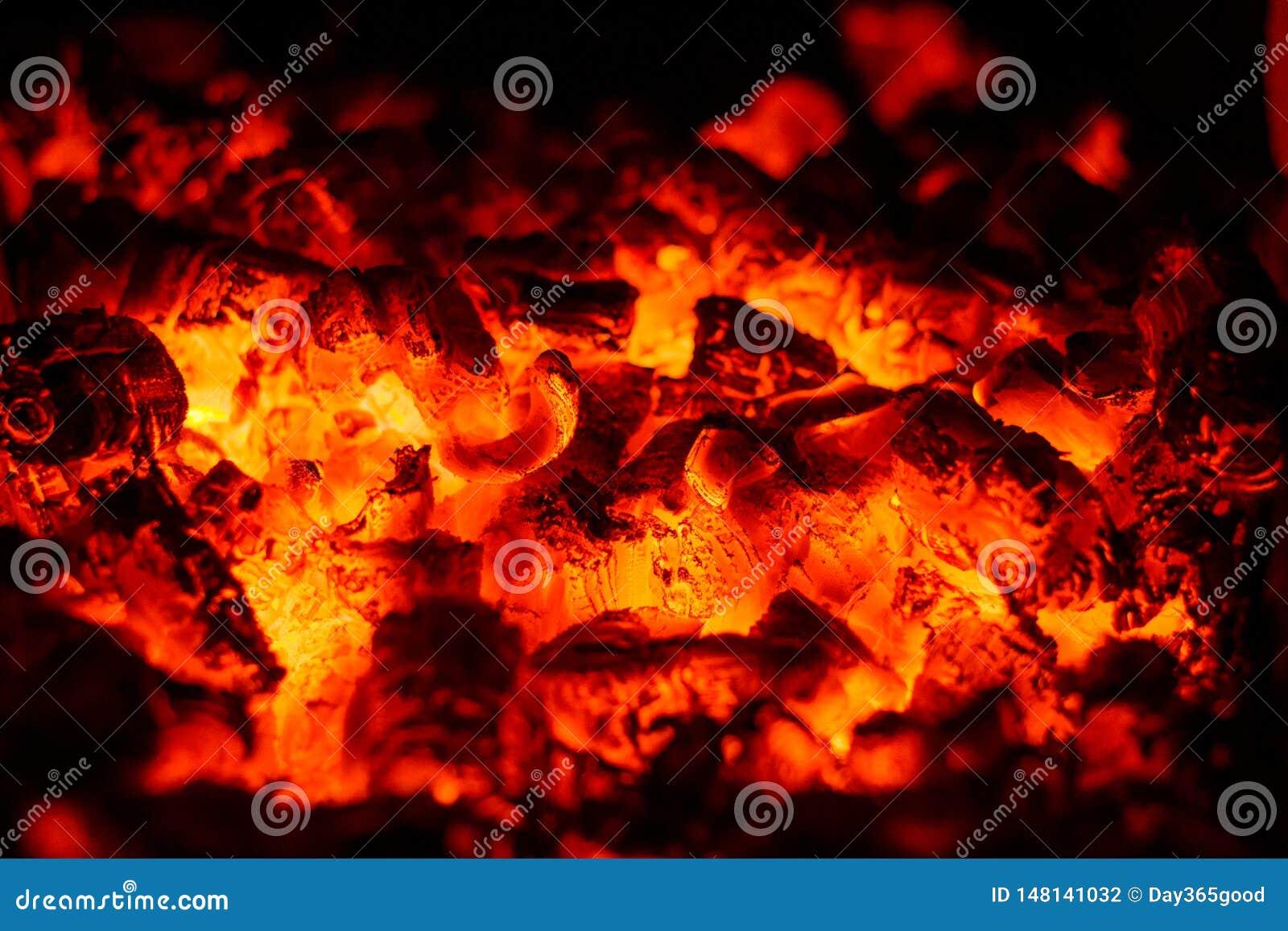 Carbones candentes Luces que brillan en los carbones