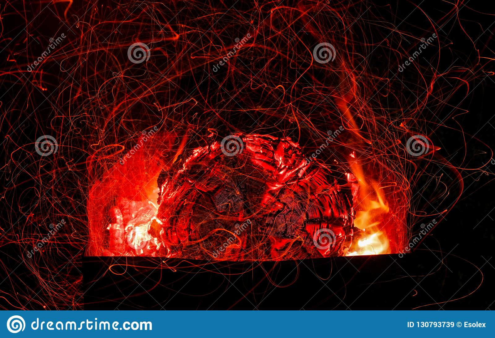 Carbones hermosos en la parrilla El acampar en naturaleza
