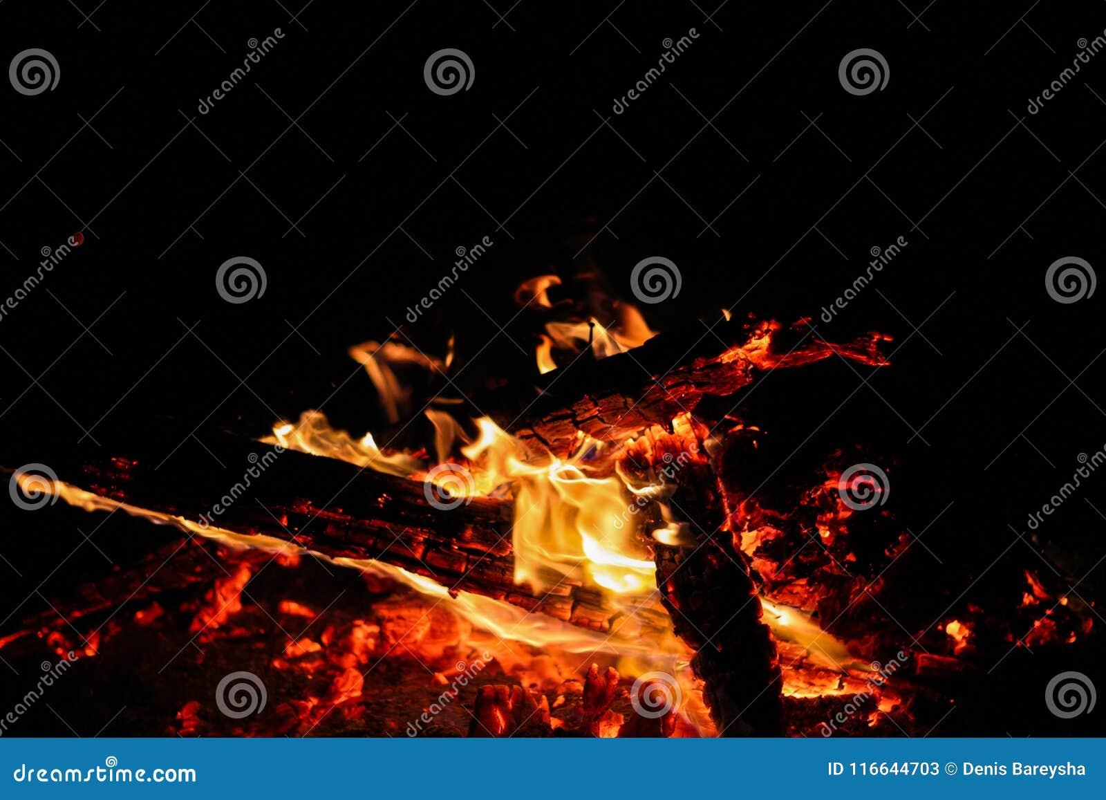 Carbones que arden en un fondo negro