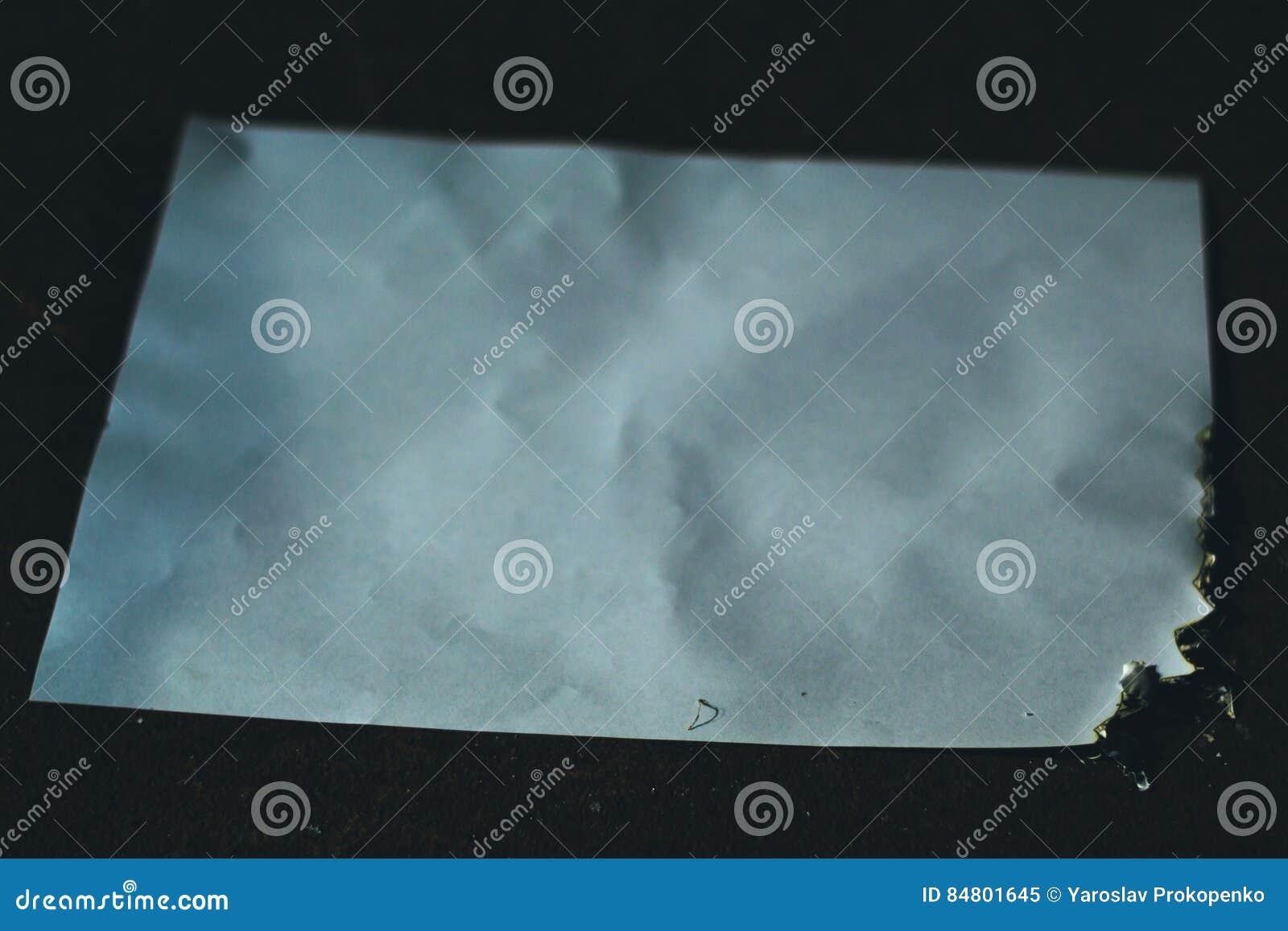 Carbonizou a folha de papel na obscuridade