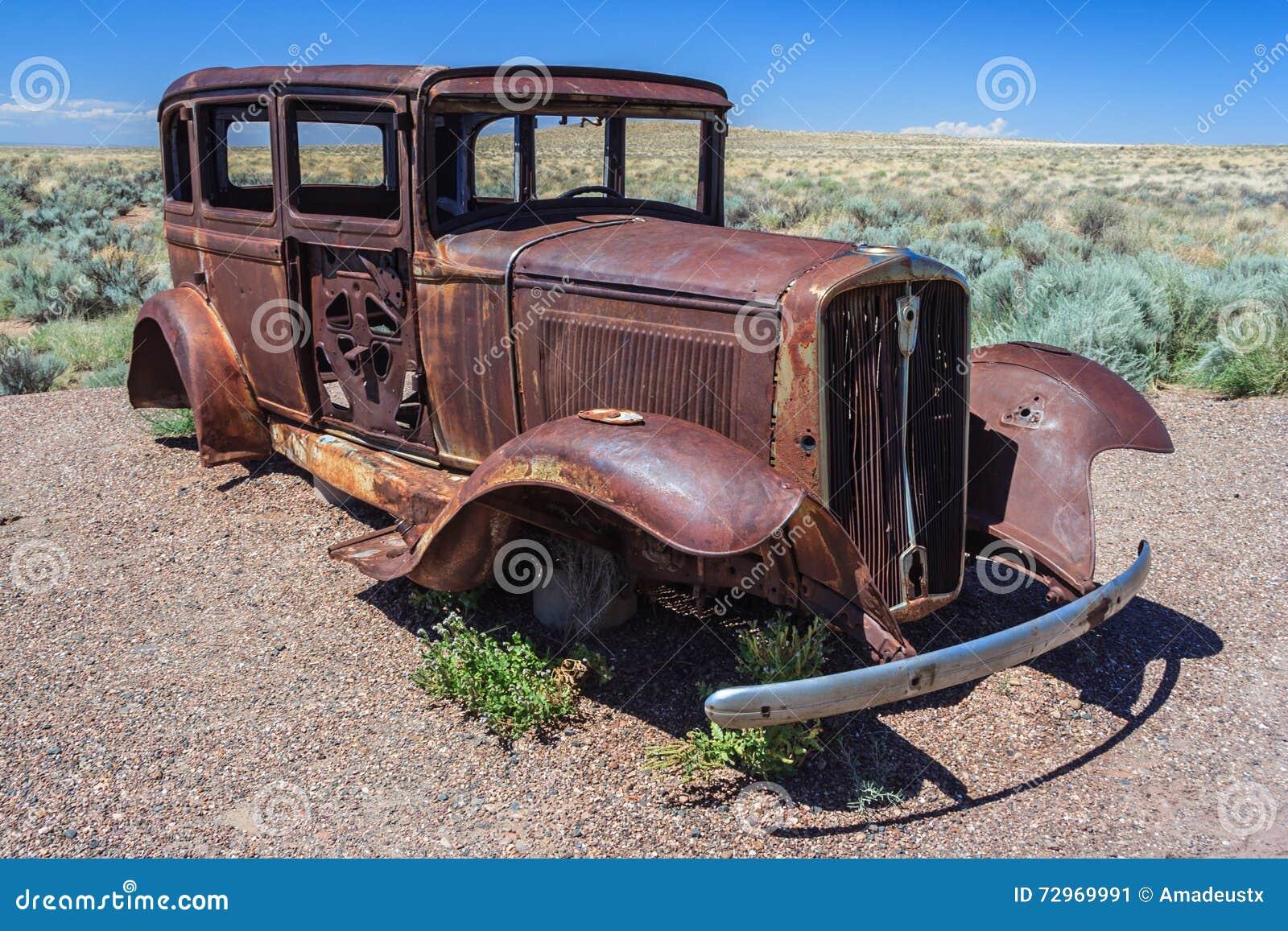 carcasse rouill e de vieille voiture abandonn e chez route 66 historique en arizona etats unis. Black Bedroom Furniture Sets. Home Design Ideas