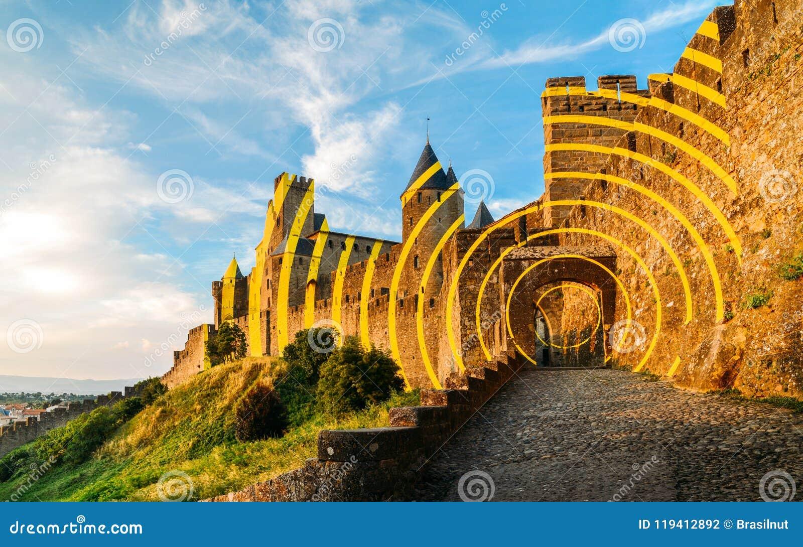 Carcassonne, una città della sommità in Francia del sud, è un sito del patrimonio mondiale dell Unesco famoso per la sua cittadel