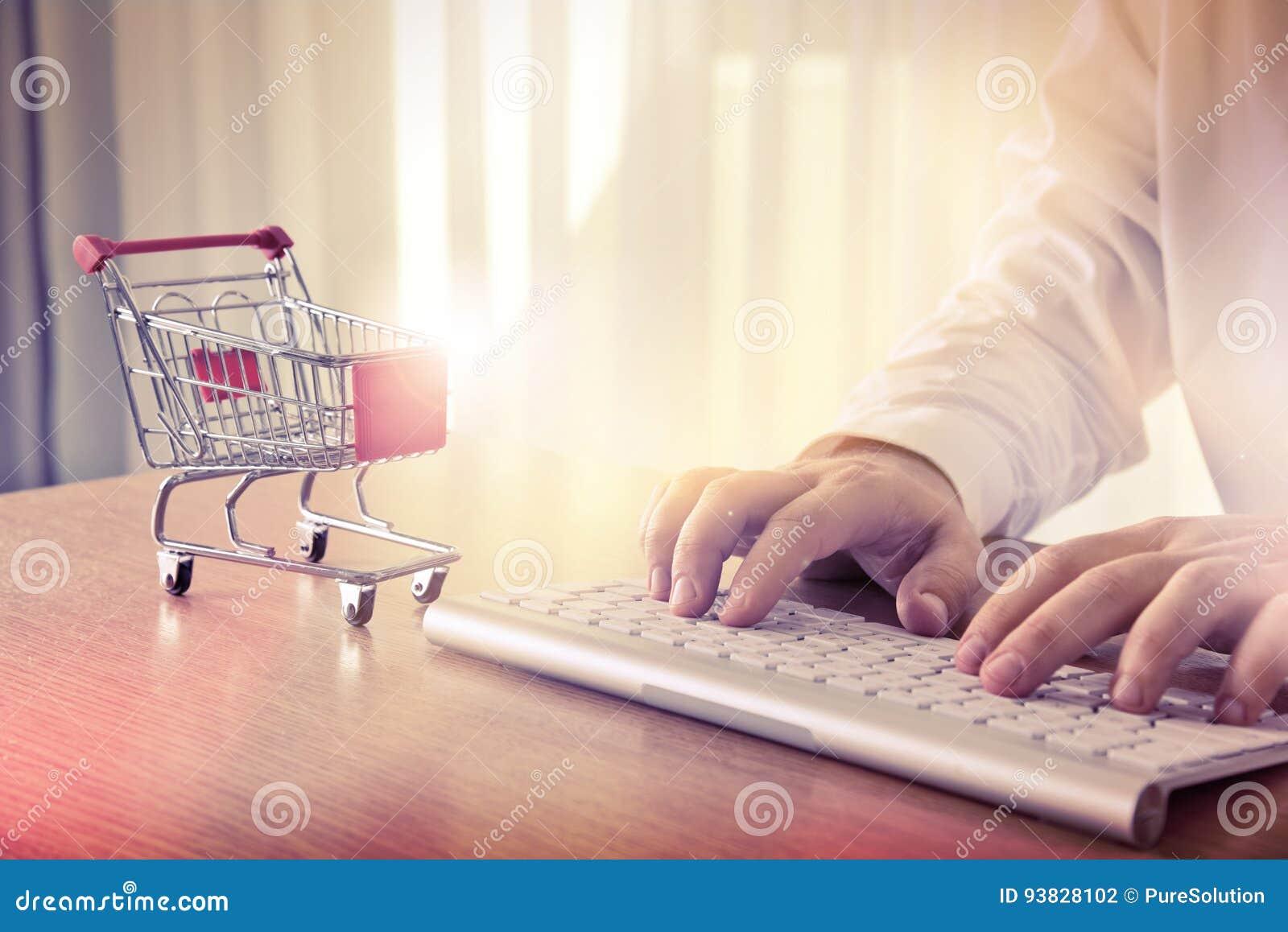 Card tangentbordet för händer för kreditering e för kommersdatorbegreppet