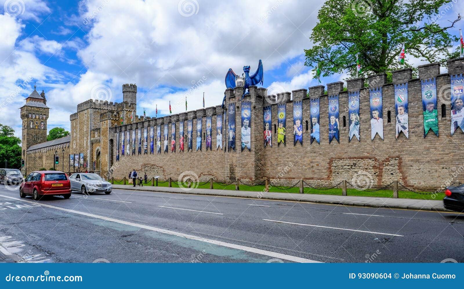 Cardiff, Gales - 20 de maio de 2017: A parede do castelo de Cardiff, apronta-se para UE