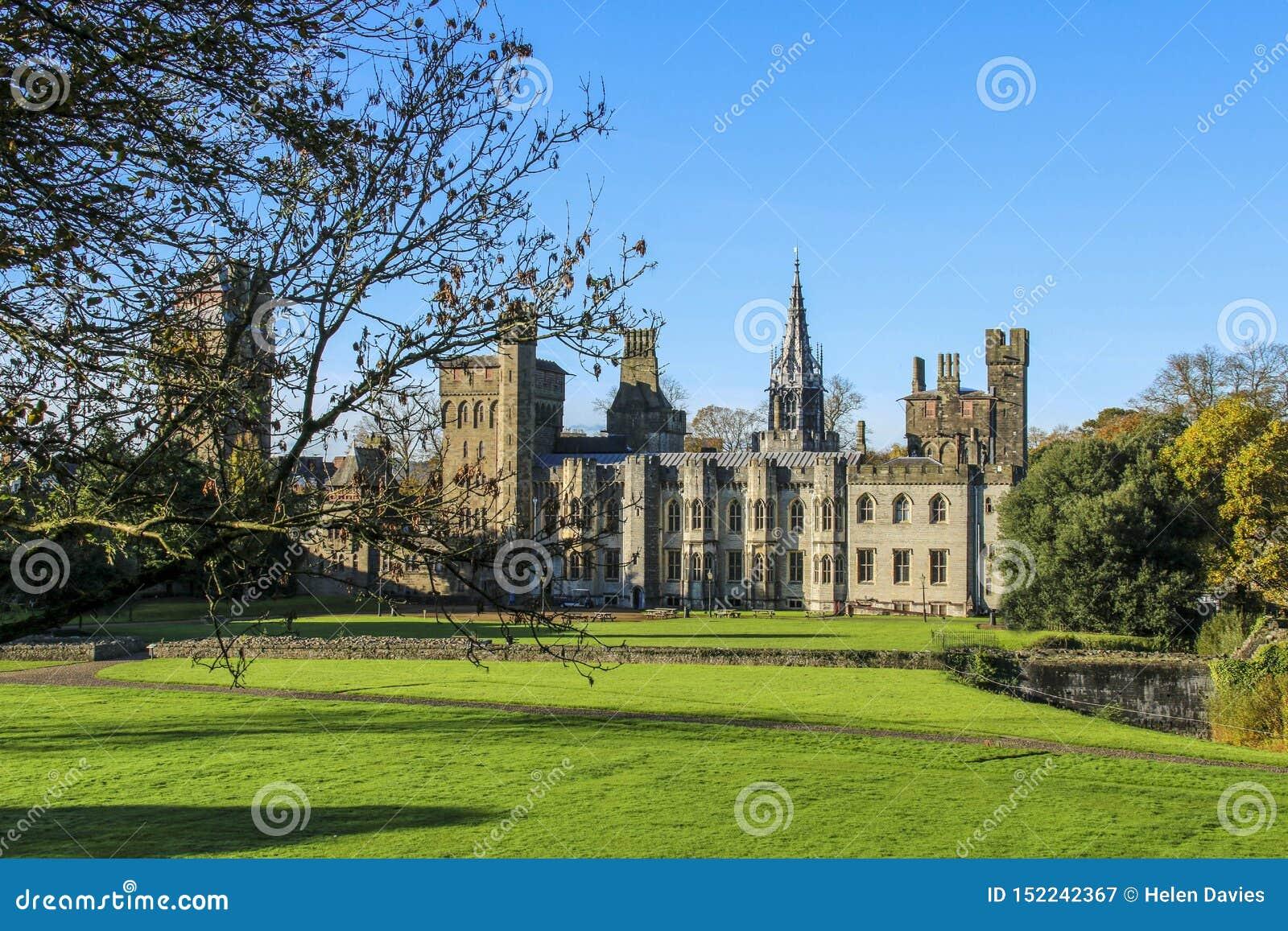 Cardiff slottyttersida i mitten av Cardiff i höstsolskenet