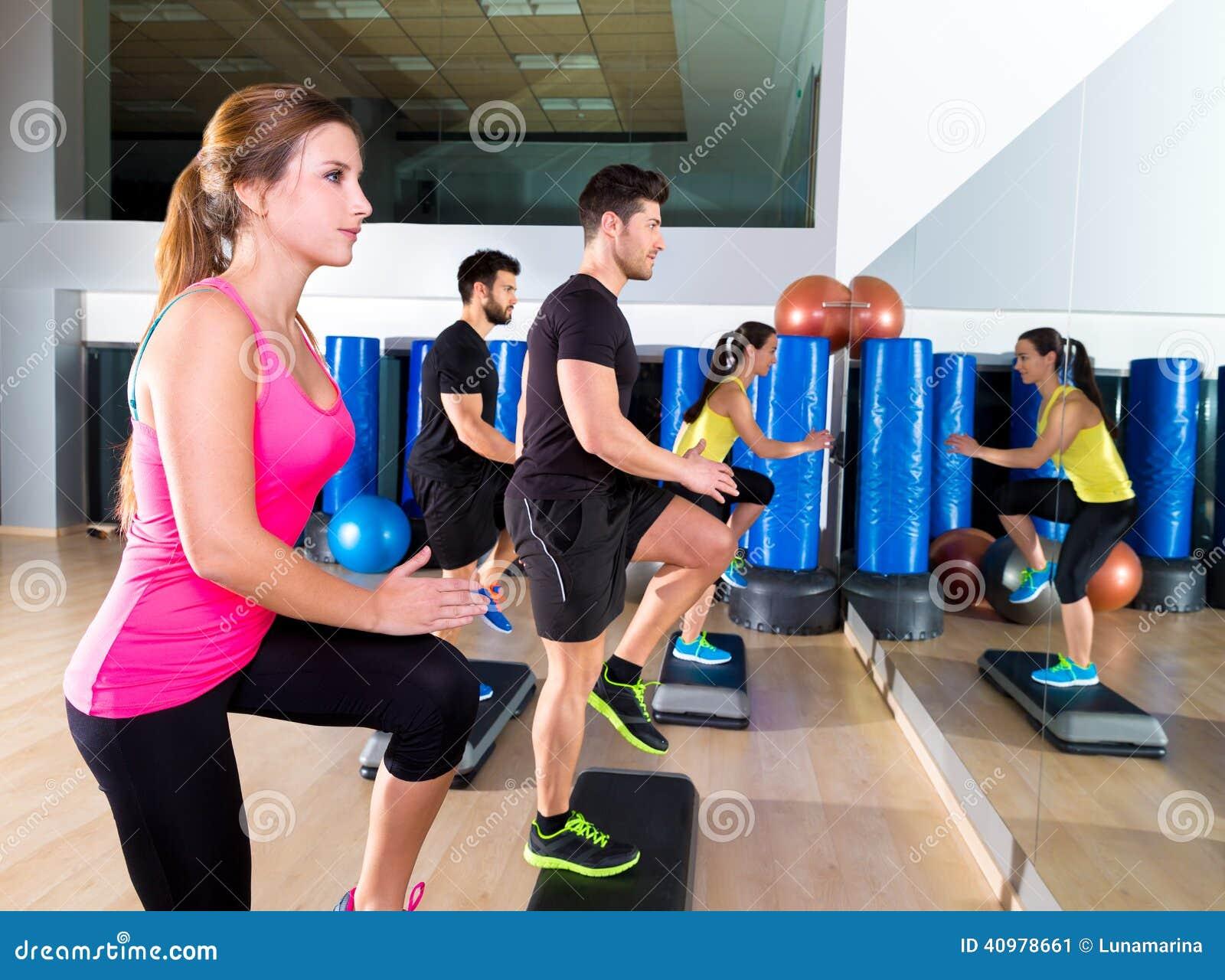 Cardio gruppo di ballo di punto ad addestramento della palestra di forma fisica