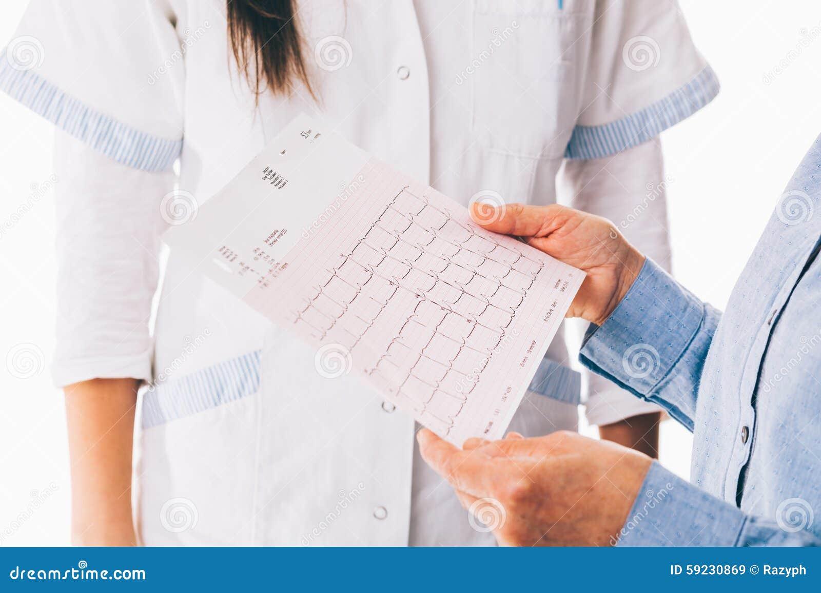 Download Cardiograma Que Se Sostiene Paciente Imagen de archivo - Imagen de salud, doctor: 59230869