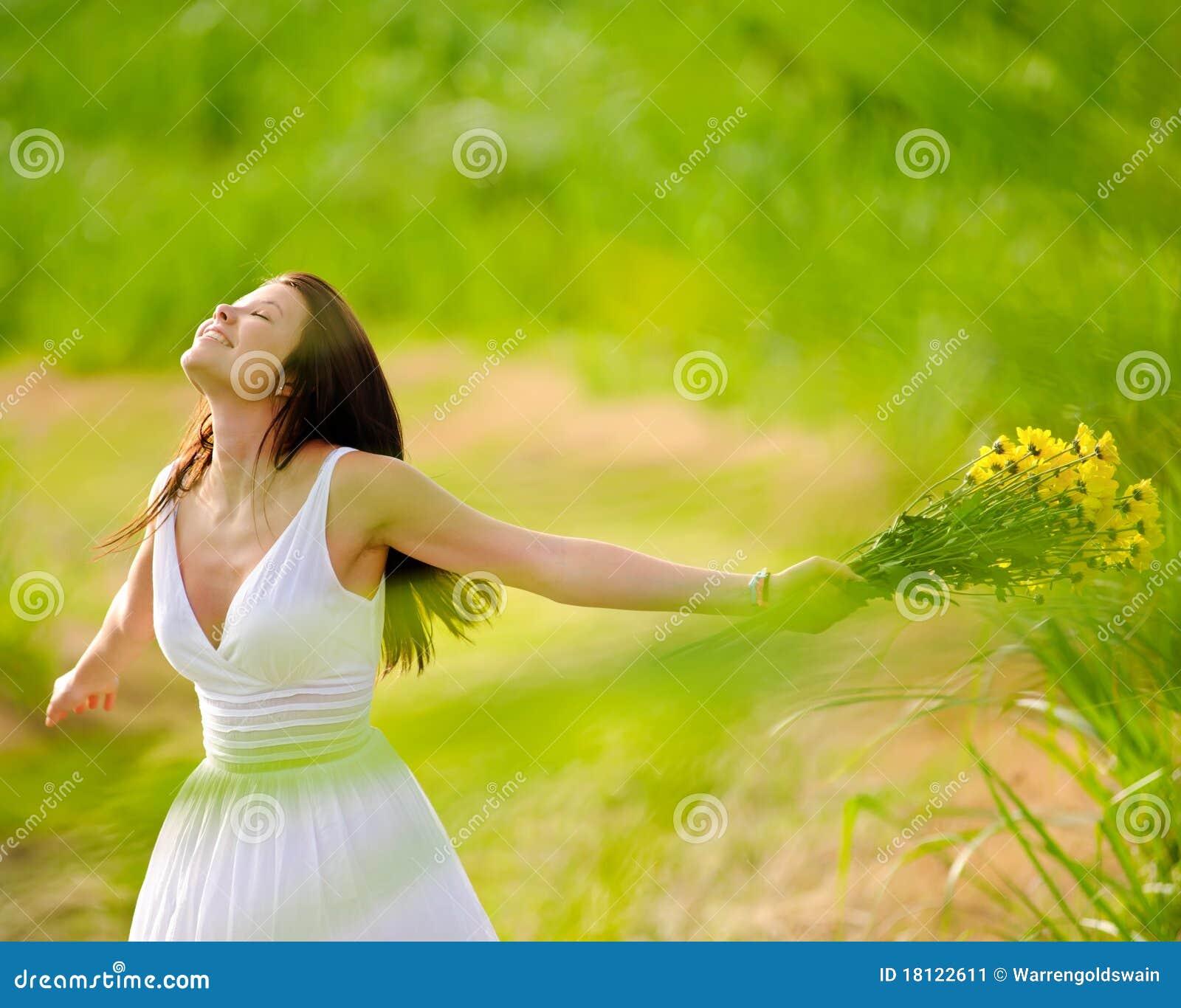 Carefree attraktiv flicka i fält