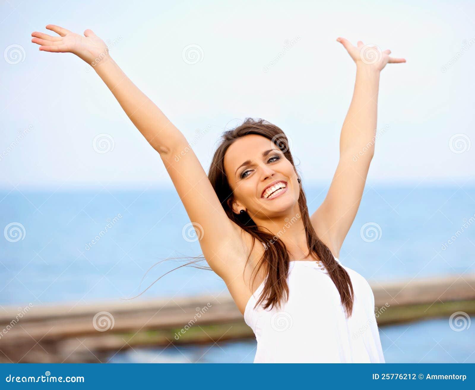 Carefree kvinna som har roligt utomhus