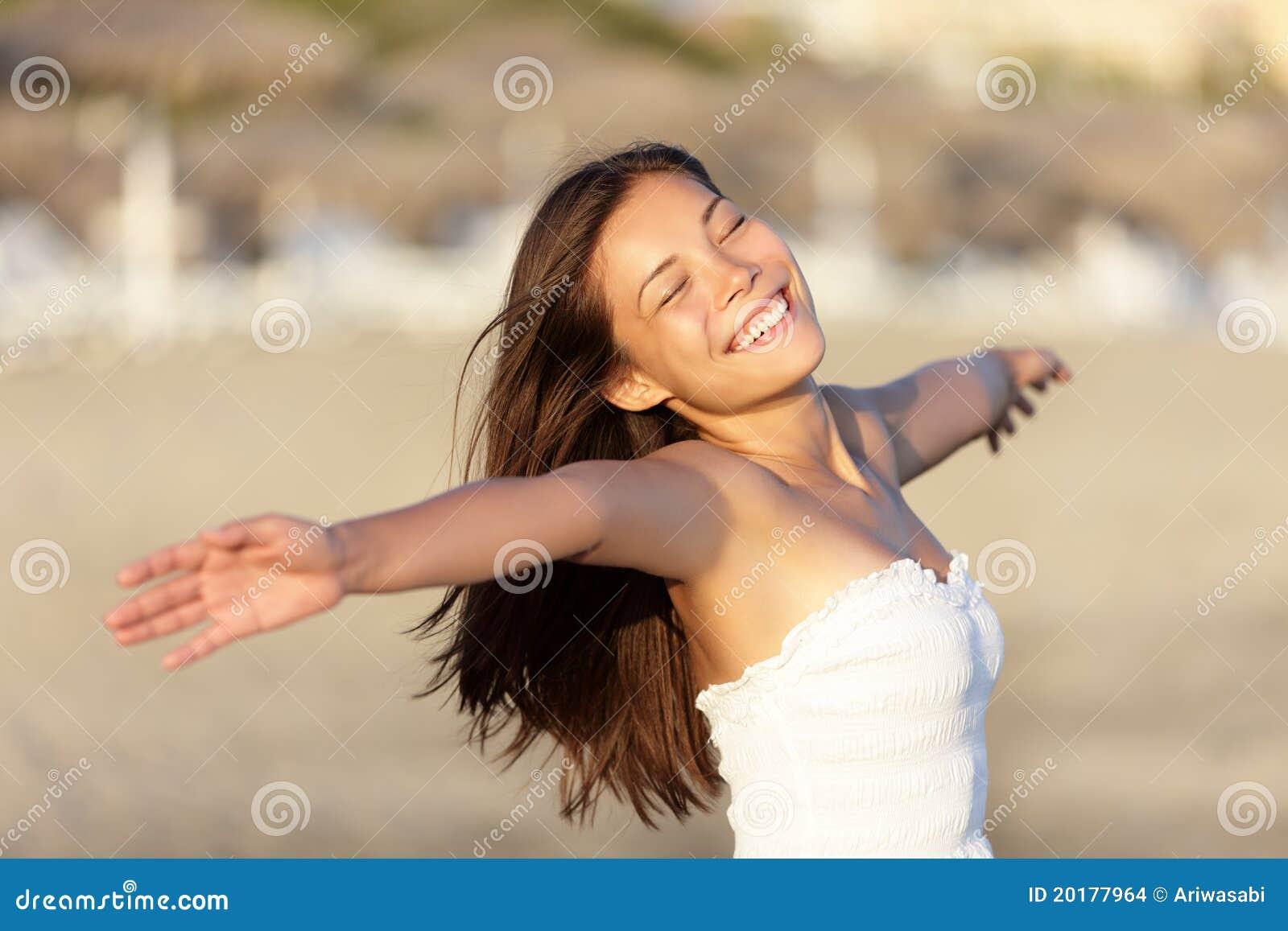 Carefree lycklig kvinna för strand