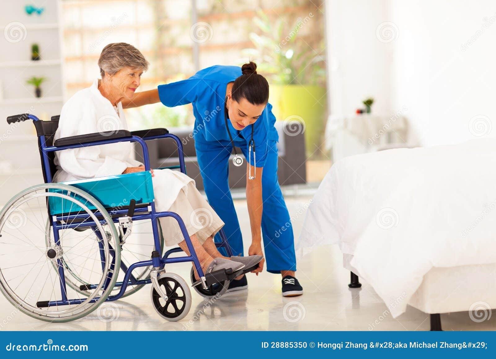 Caregiver die bejaarden helpen