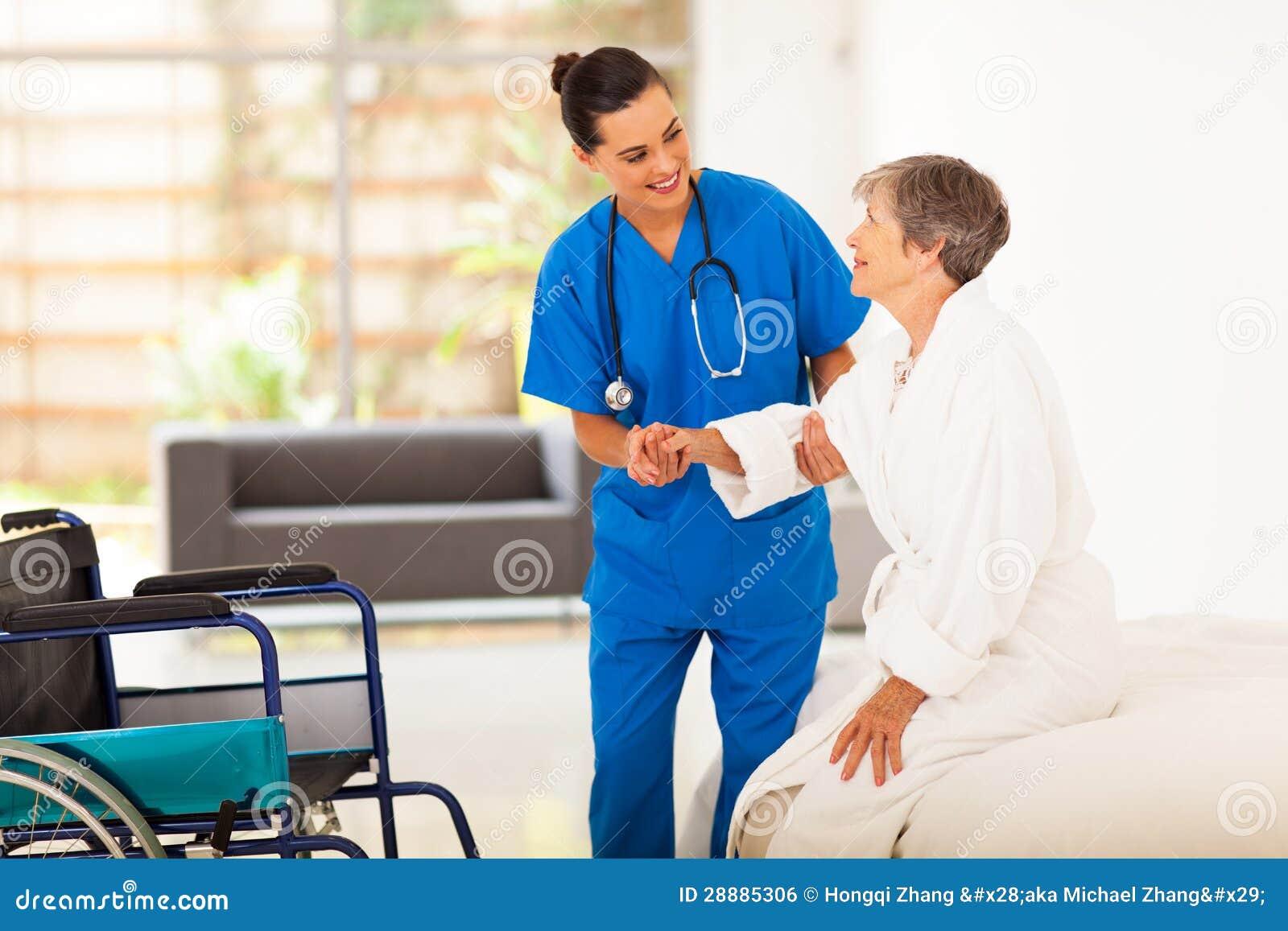 Caregiver die hogere vrouw helpen