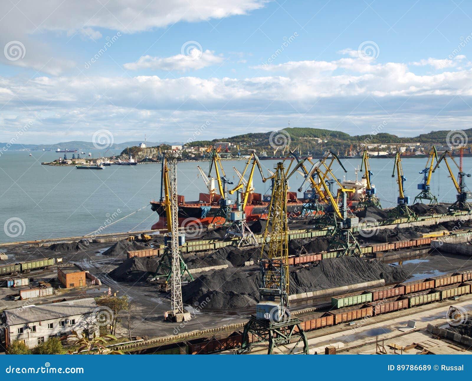 Carga de carvão em uma embarcação