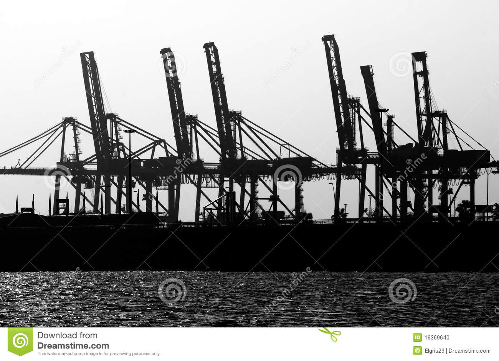 Carga do navio dos guindastes