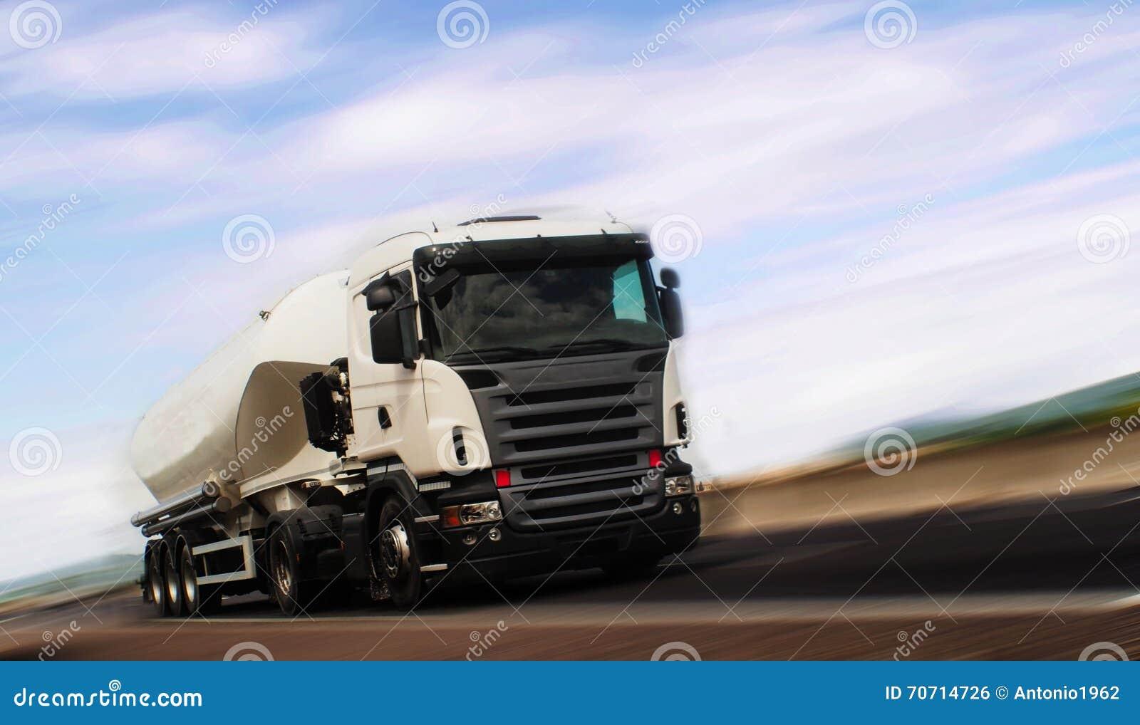 Carga do tanque do caminhão na estrada
