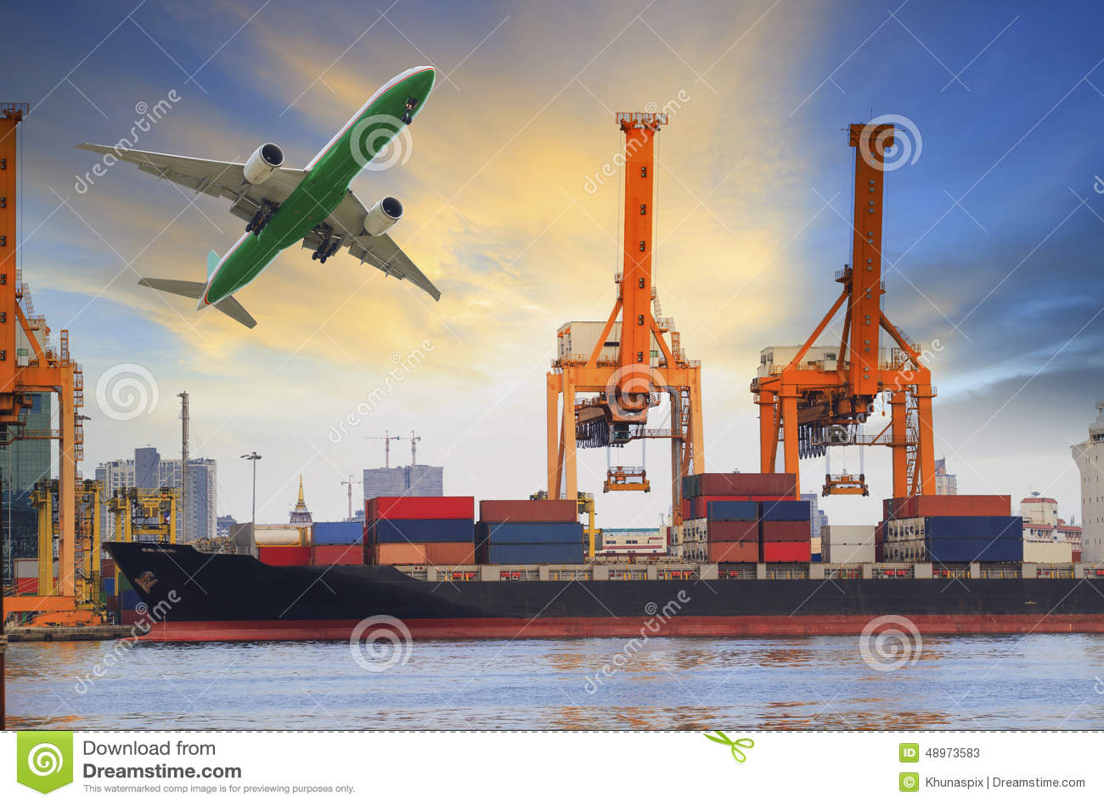 Cargamento de portacontenedores en puerto y avión de carga que vuela arriba para la industria del agua y del transporte aéreo