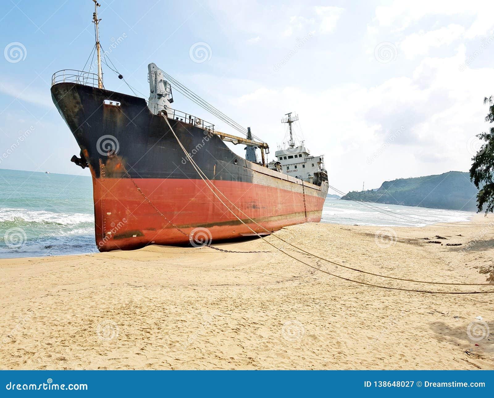 Cargo échoué sur une plage abandonnée au Vietnam