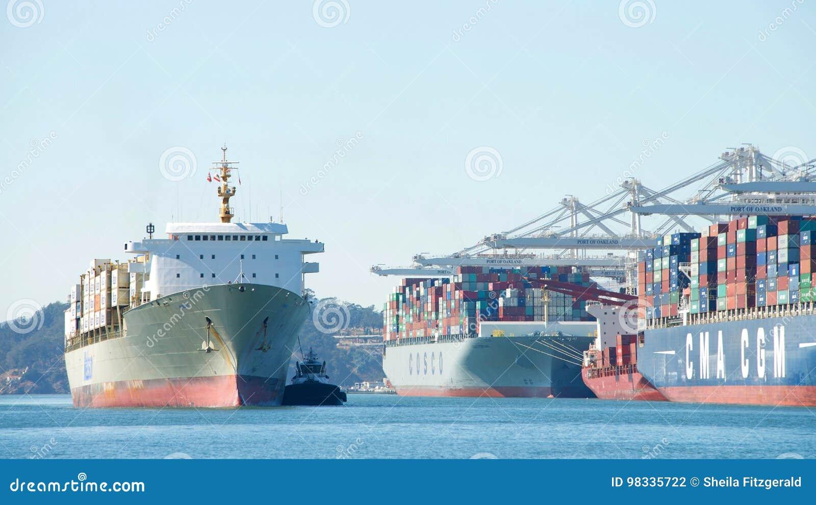 Cargo de Matson KAUAI entrant dans le port d Oakland
